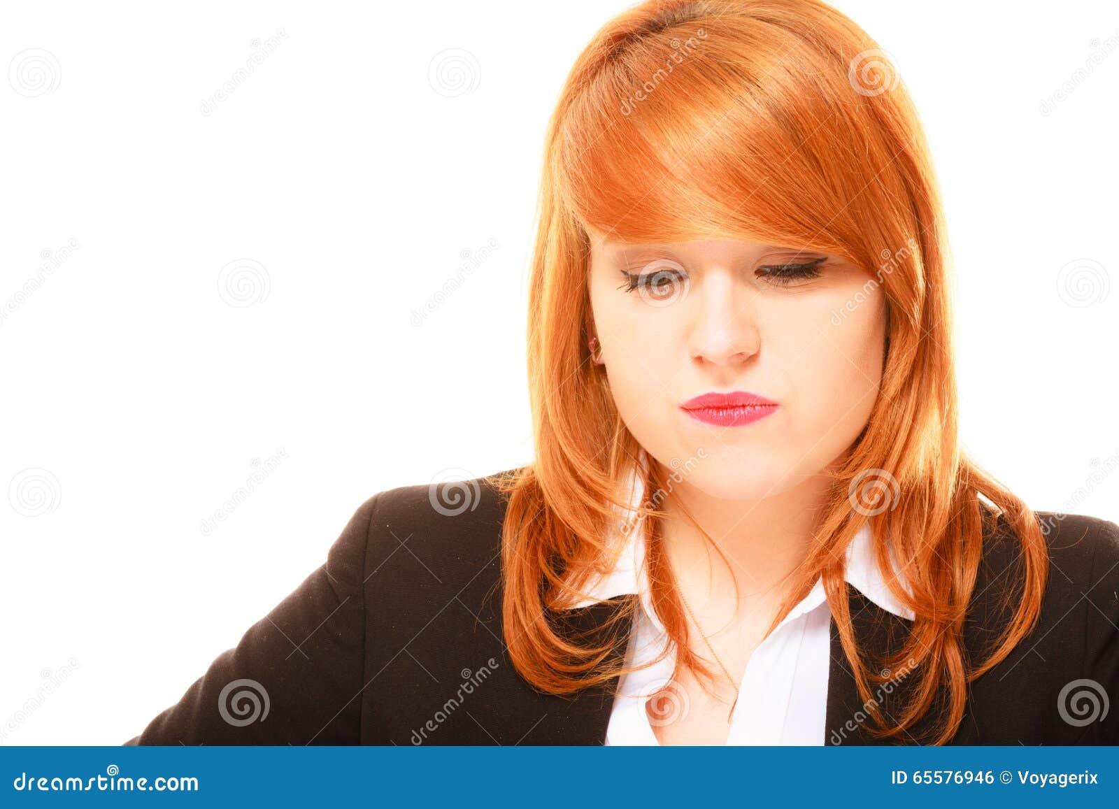 Mulher de negócios de cabelo vermelha infeliz