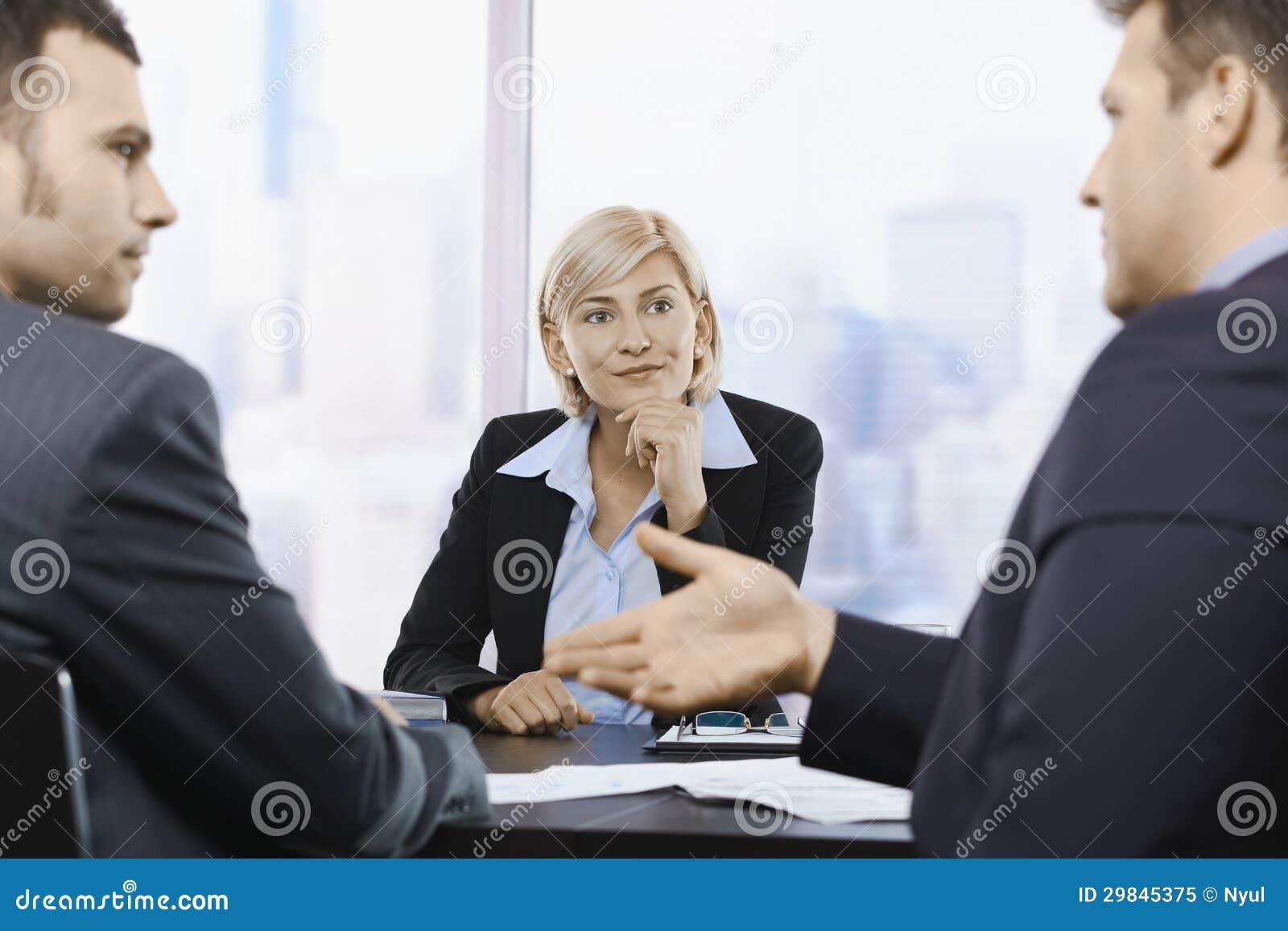 Mulher de negócios que concentra-se na reunião