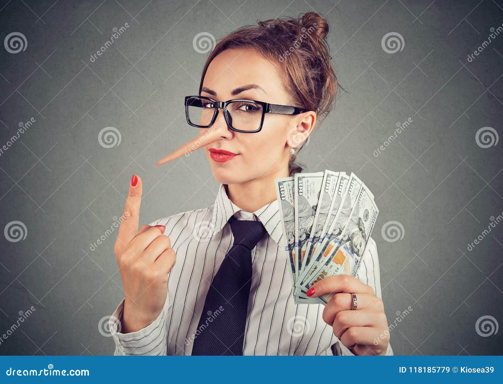 Mulher de negócios do mentiroso com dinheiro do dólar e olhar manhoso