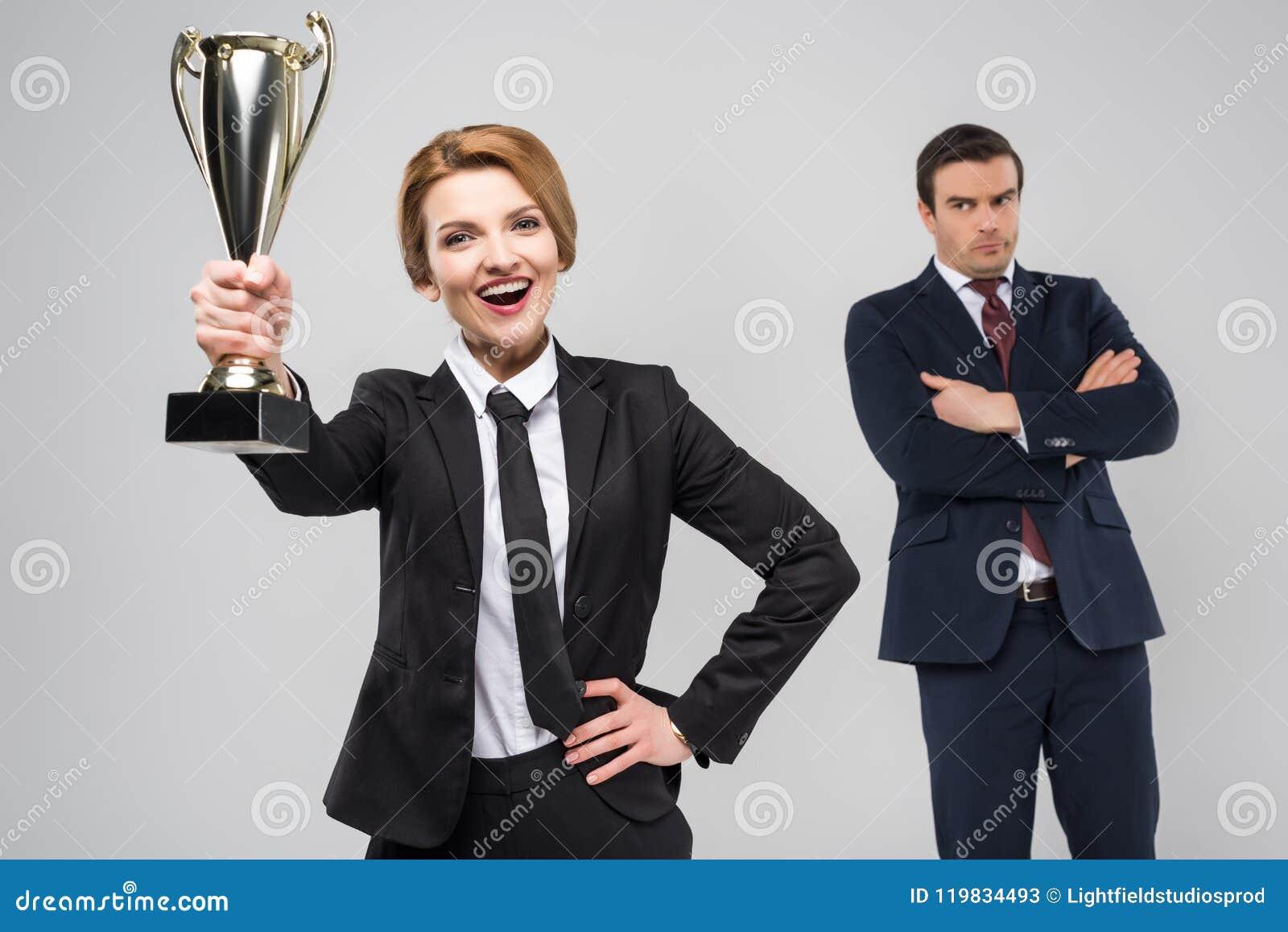Mulher de negócios entusiasmado com o homem de negócios da concessão e da virada atrás,