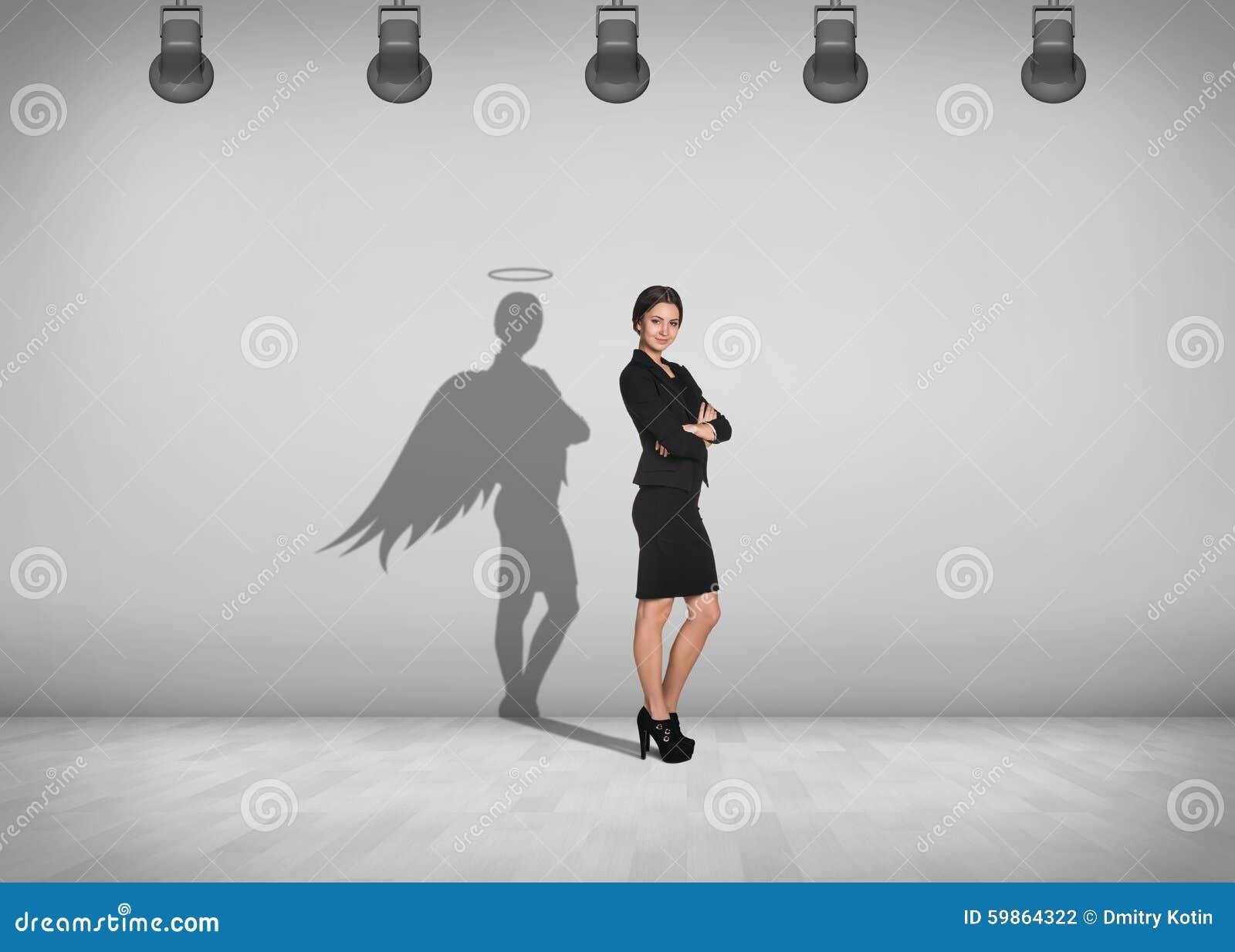A mulher de negócios está com sombra na parede