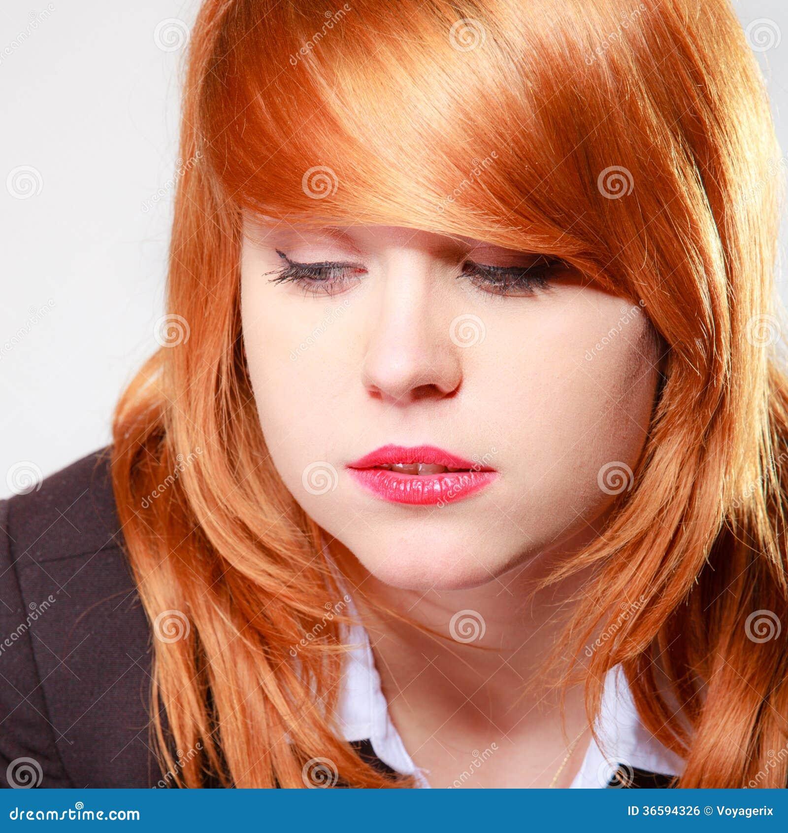 Mulher de negócios infeliz triste do retrato. Menina redhaired da cara do close up.