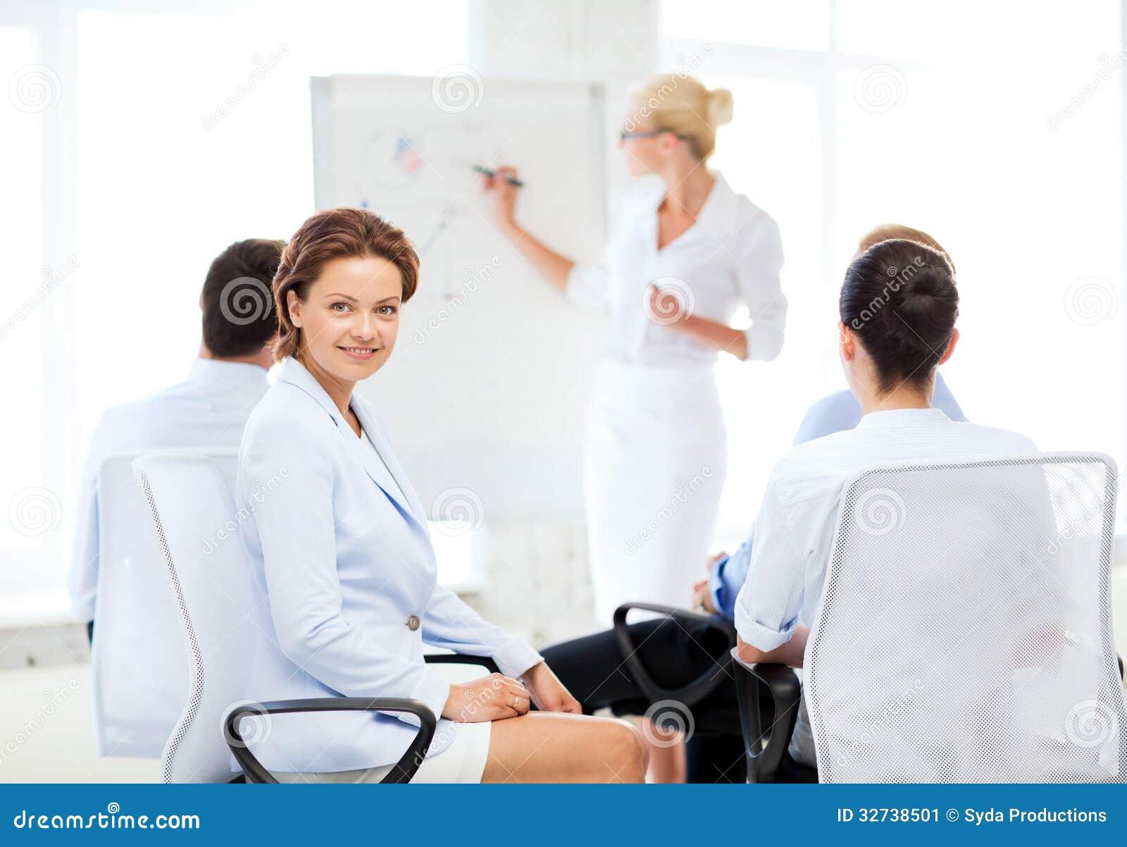 Mulher de negócios na reunião de negócios no escritório