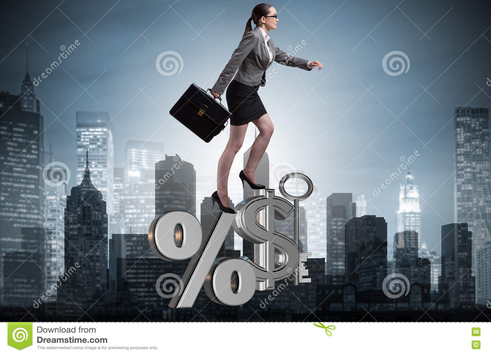 A mulher de negócios no conceito das taxas de juro altas