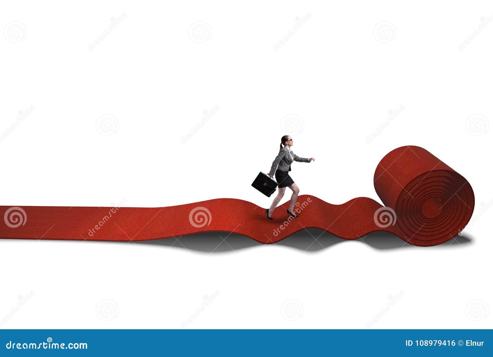 A mulher de negócios no tapete vermelho no conceito do sucesso