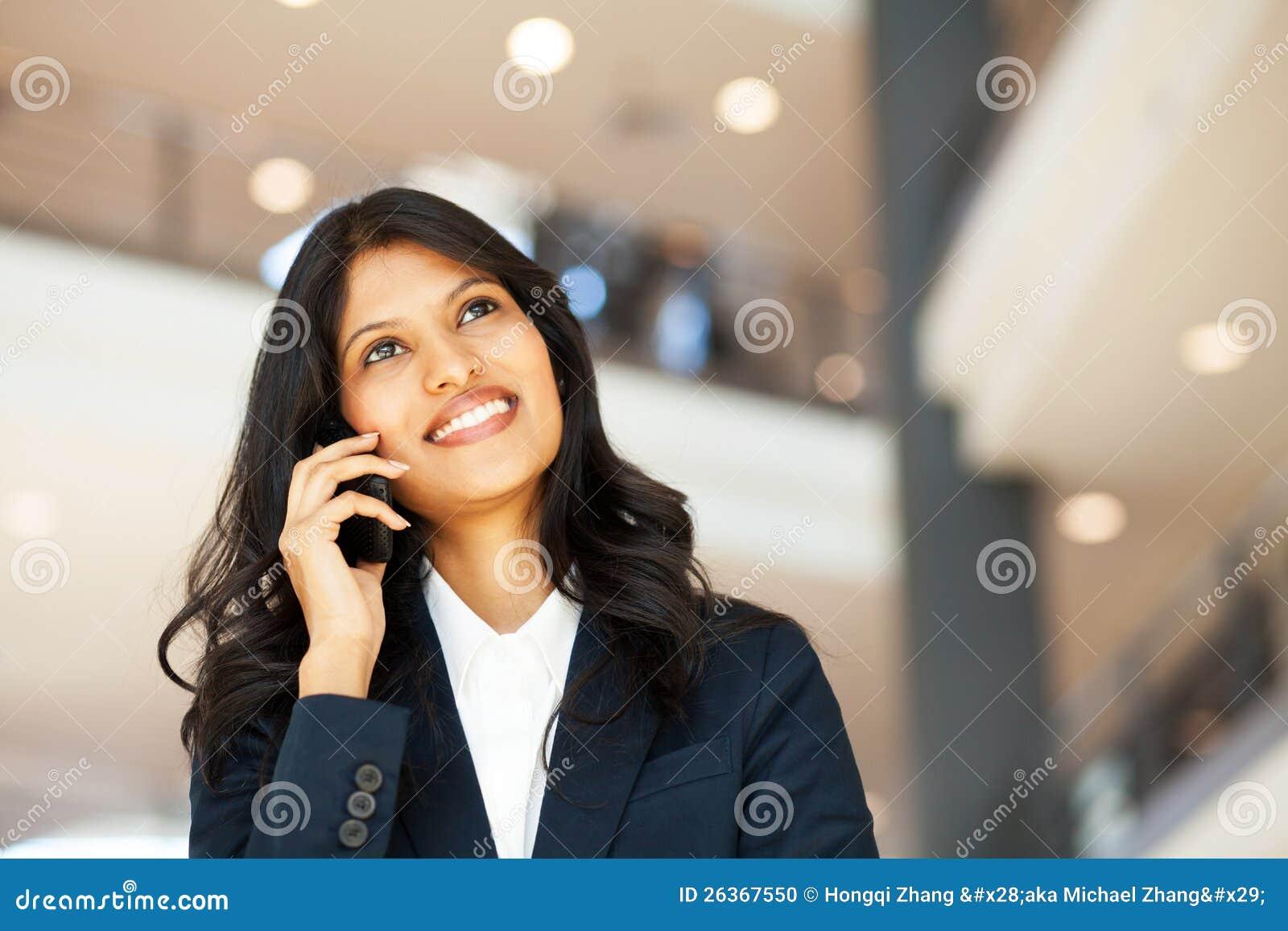Mulher de negócios no telefone móvel
