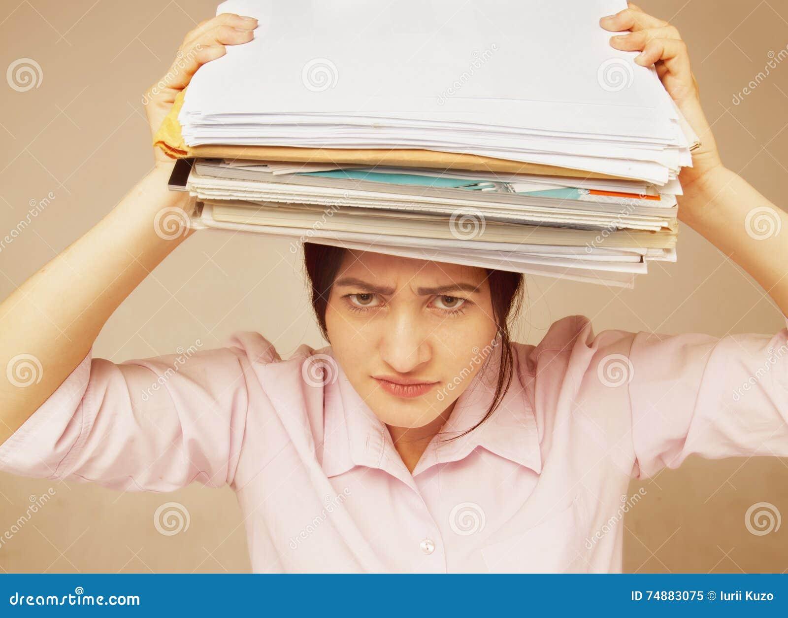 Mulher de negócios nos problemas Trabalho sozinho no escritório com muito