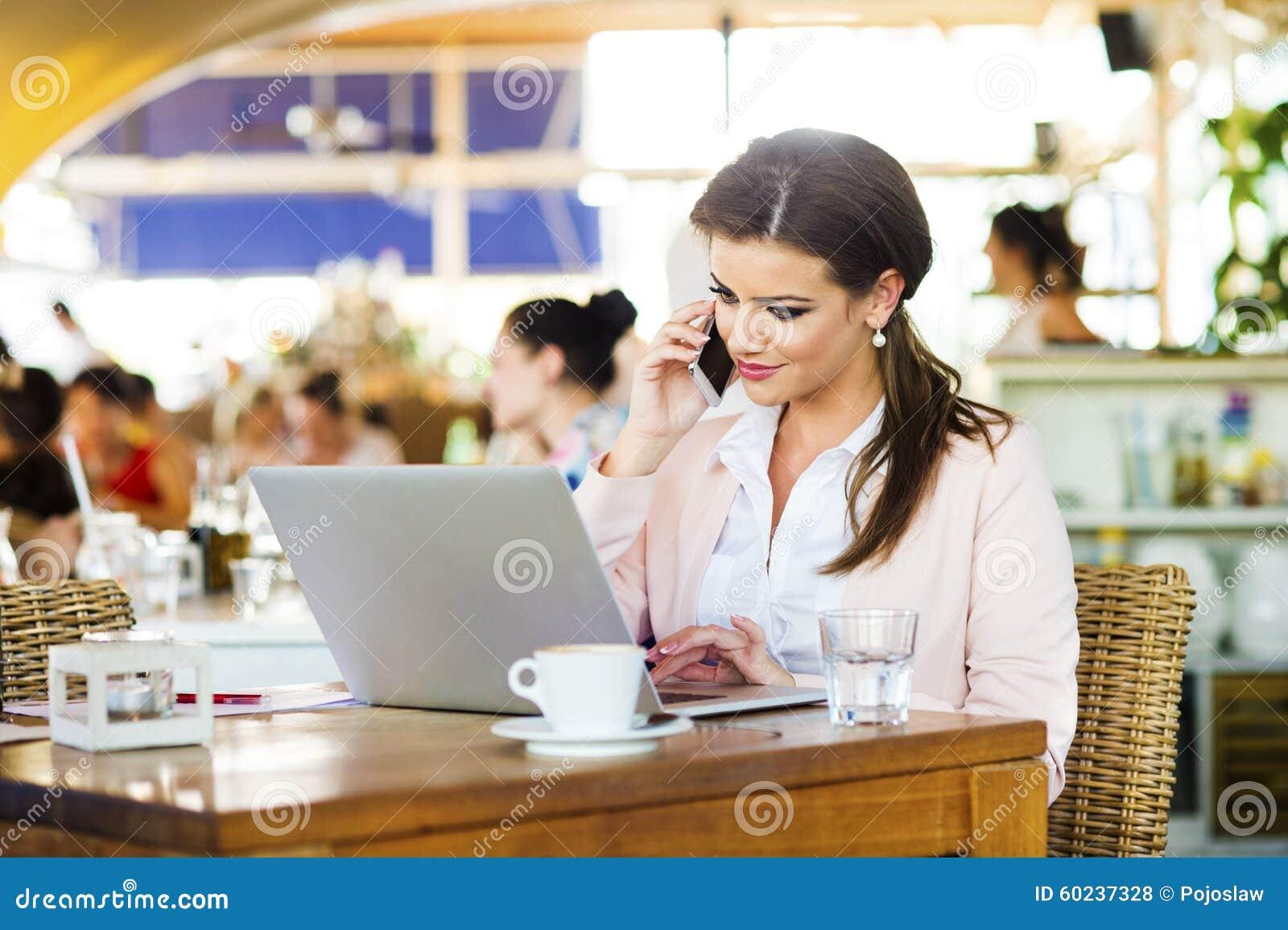Mulher de negócios nova atrativa