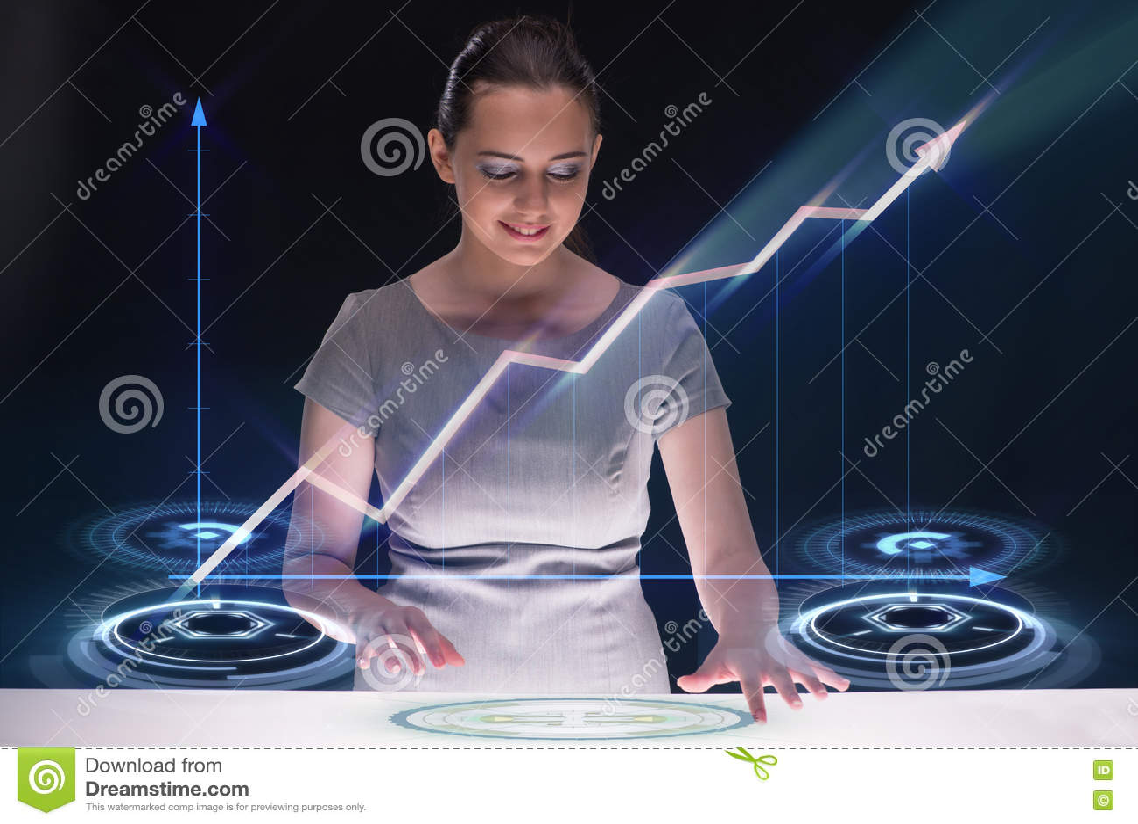 A mulher de negócios nova com diagramas de carta