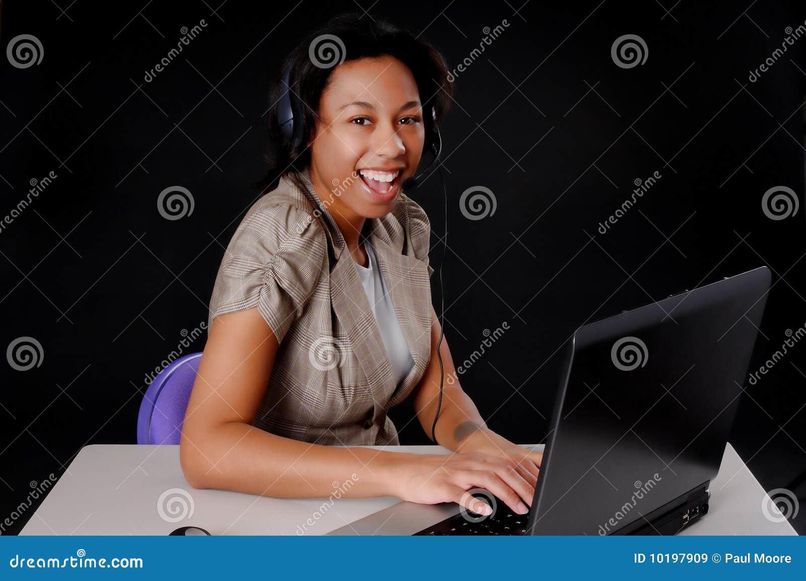 Mulher de negócios nova do americano africano