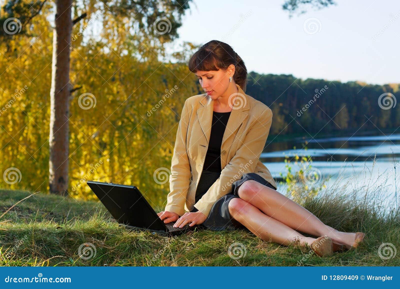 Mulher de negócios nova na natureza.