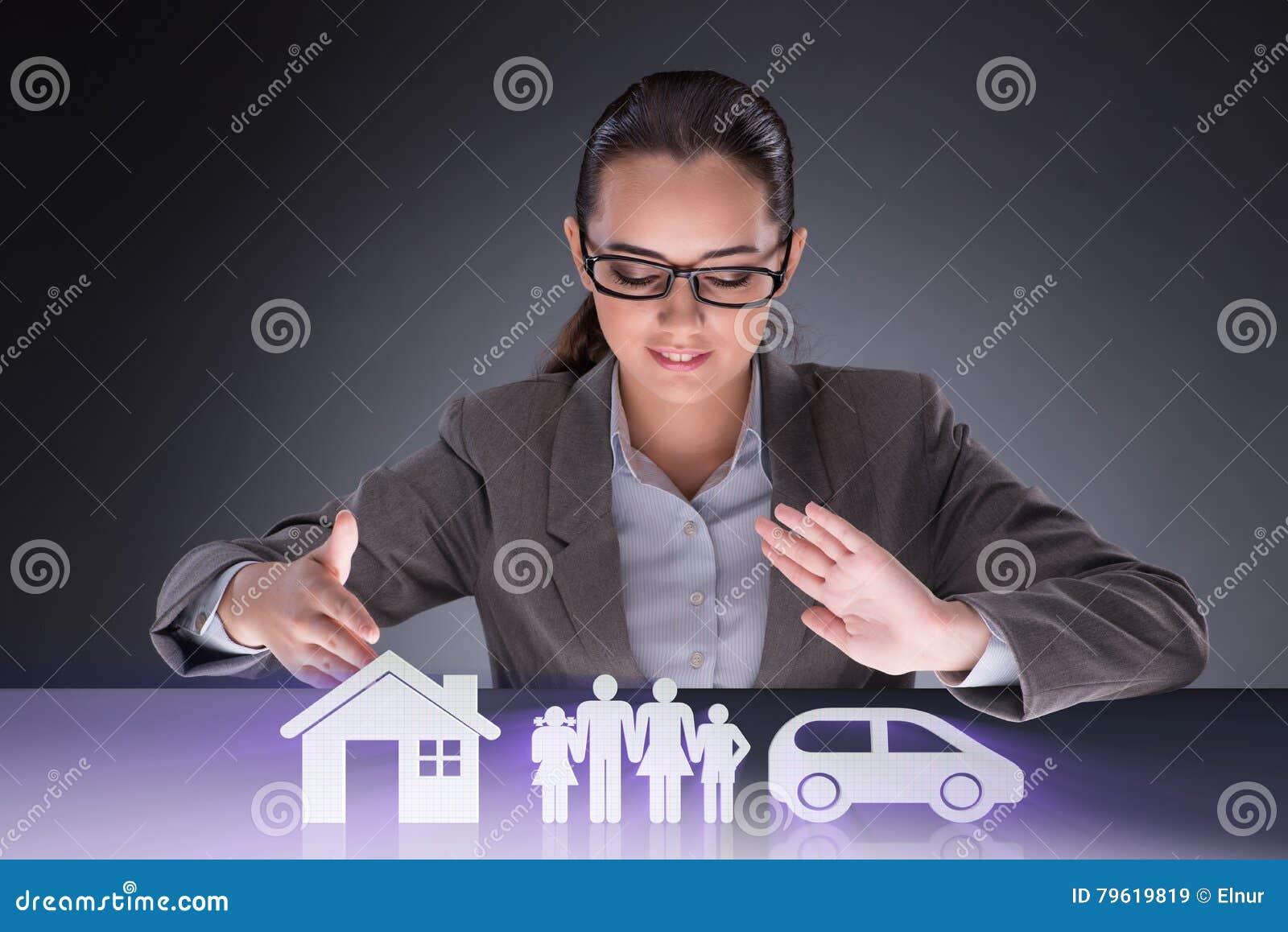 A mulher de negócios nova no conceito do seguro