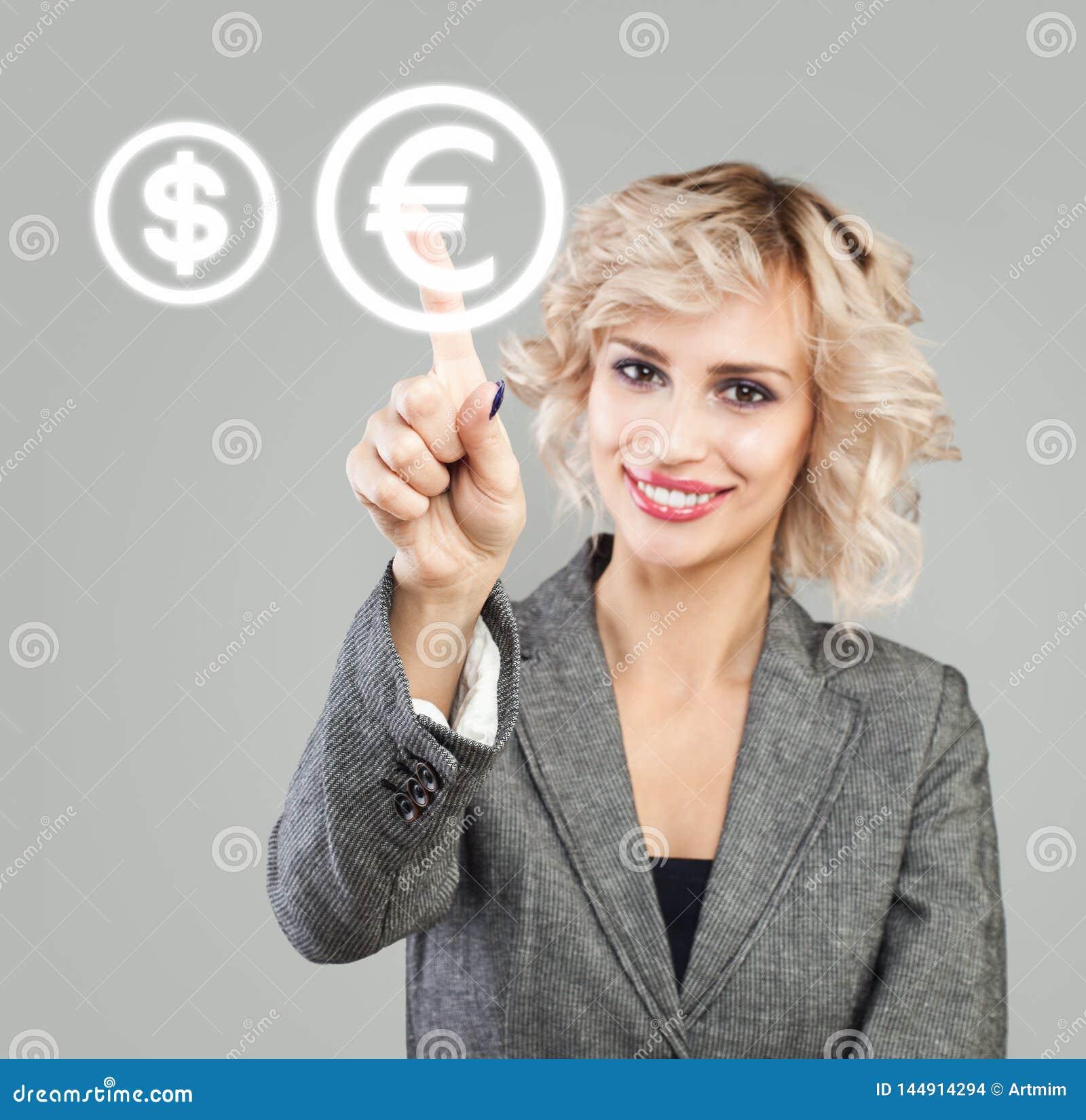 Mulher de negócios que aponta no euro- sinal Transferências de dinheiro, troca e conceito depositar