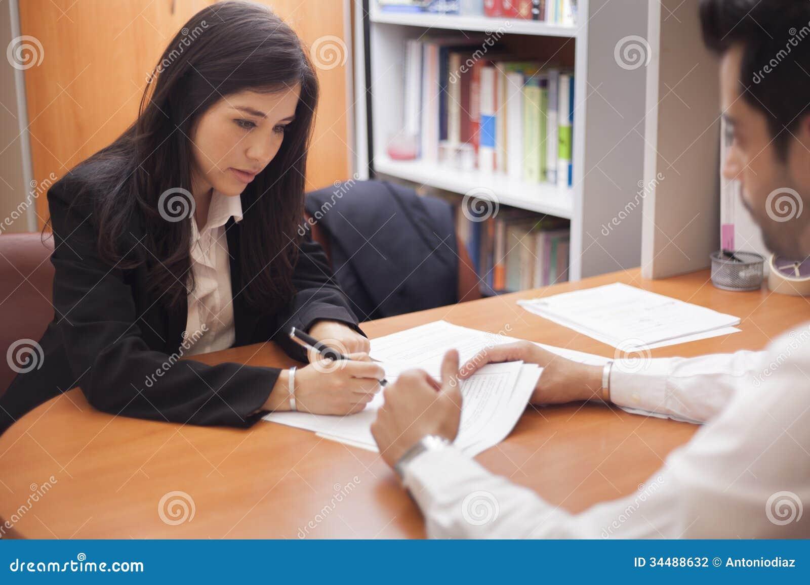 Mulher de negócios que assina um contrato