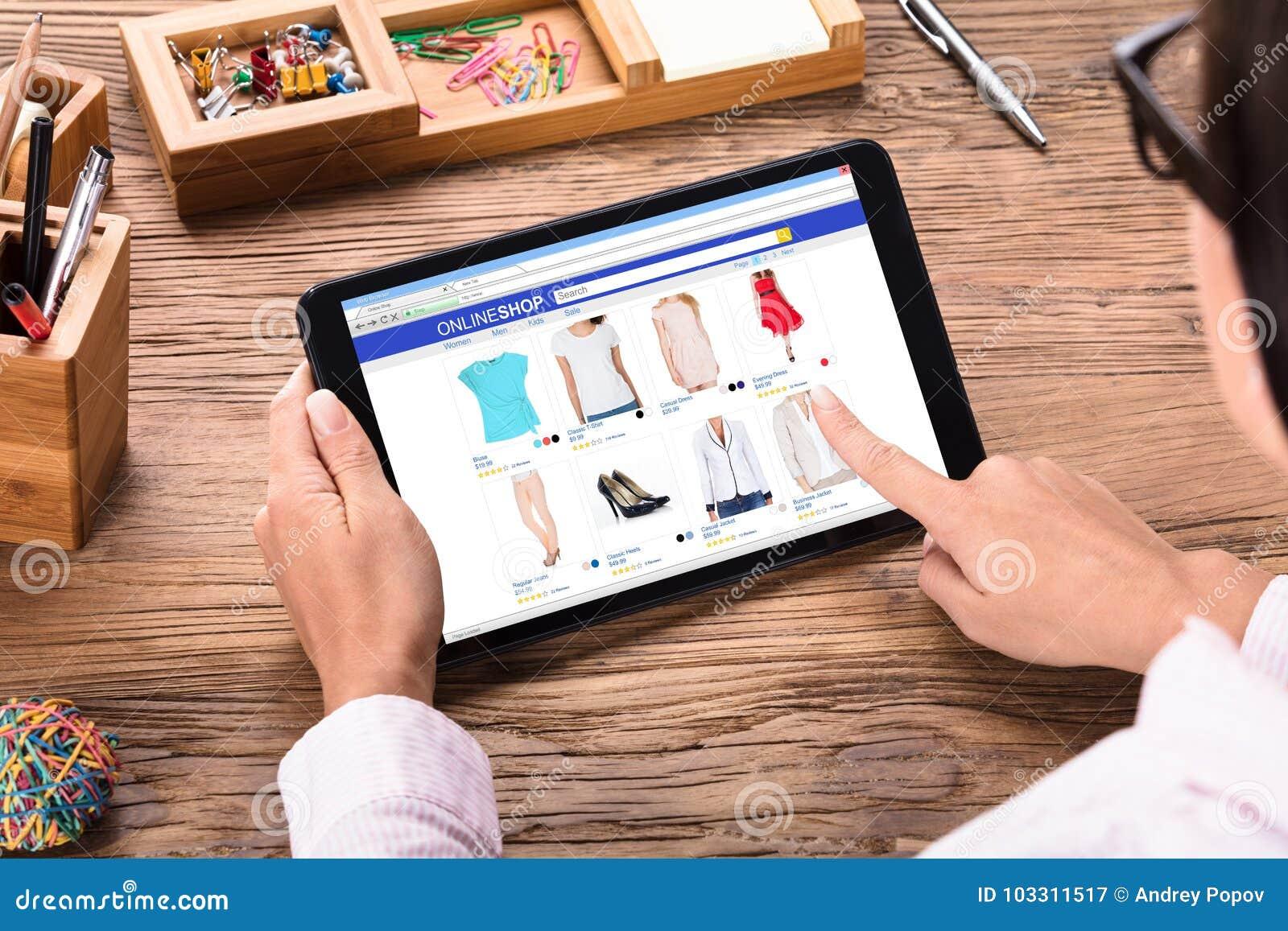 Mulher de negócios que compra em linha