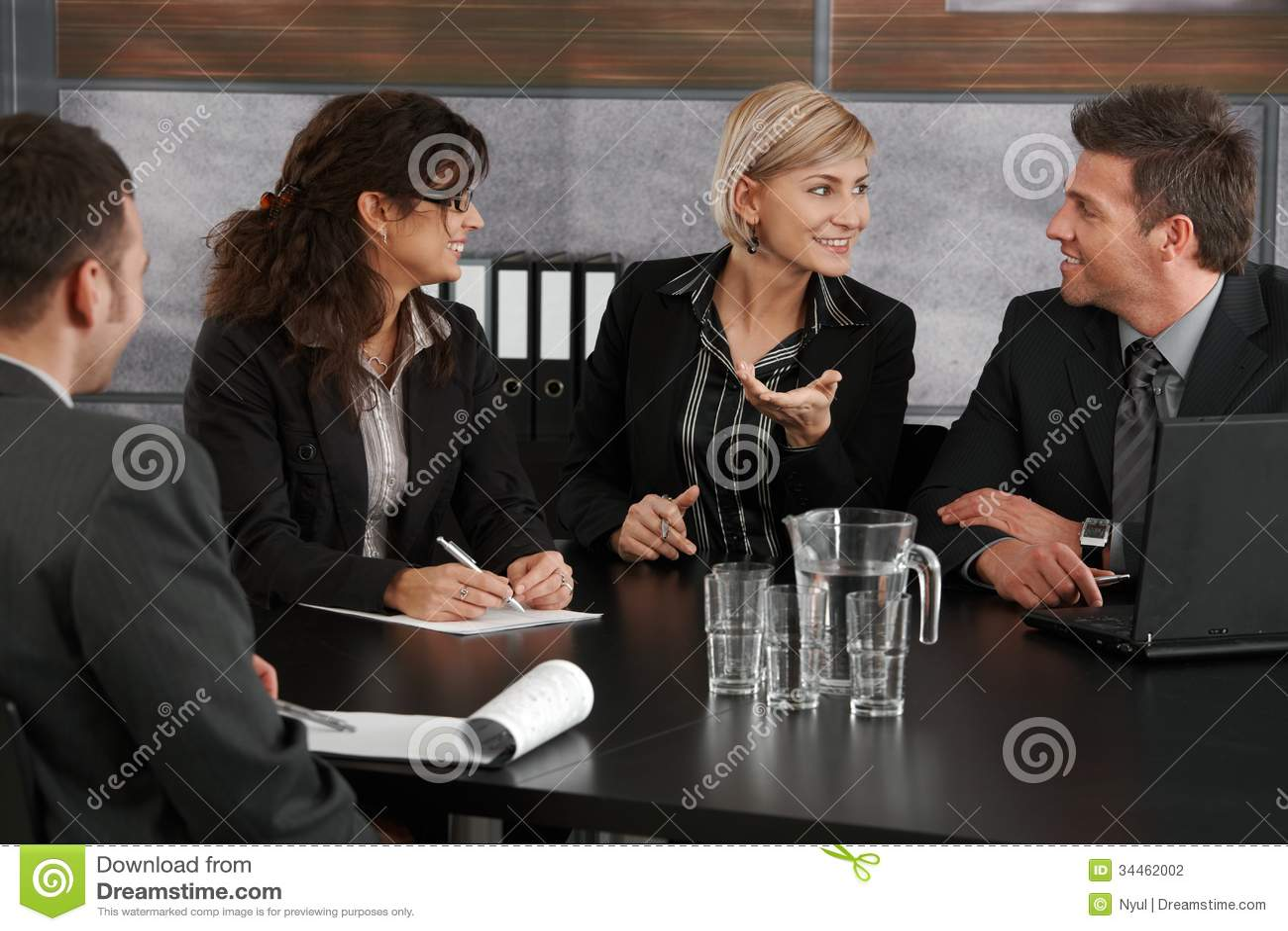Mulher de negócios que explica na reunião