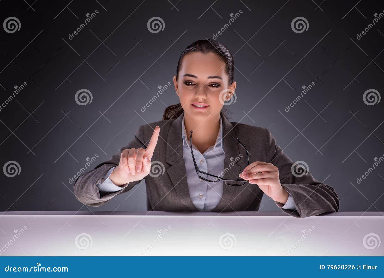 A mulher de negócios que guarda as mãos no conceito do negócio