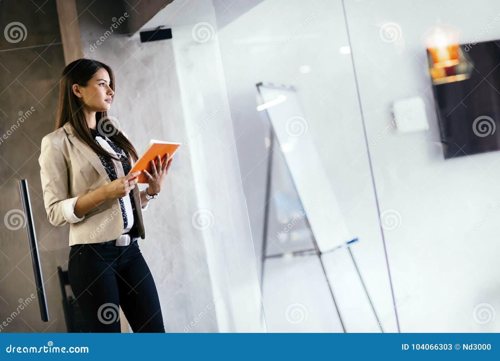Mulher de negócios que guardara um arquivo