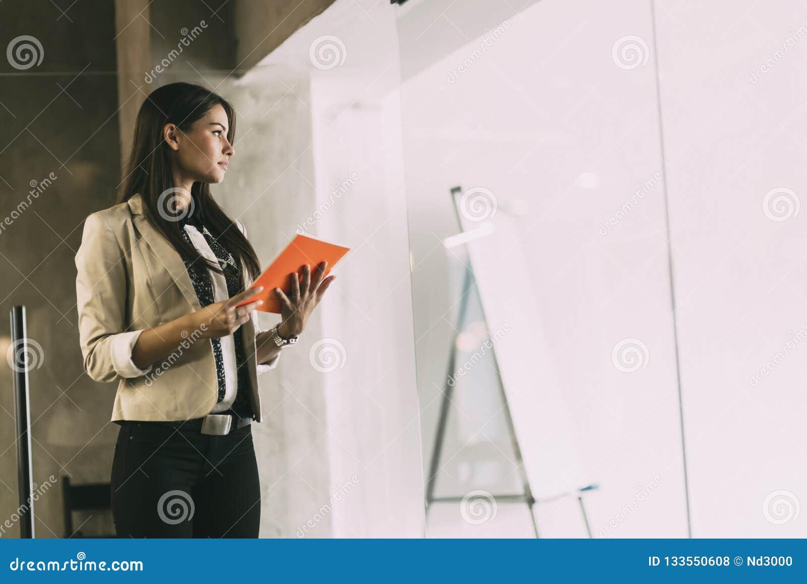 Mulher de negócios que lê um original