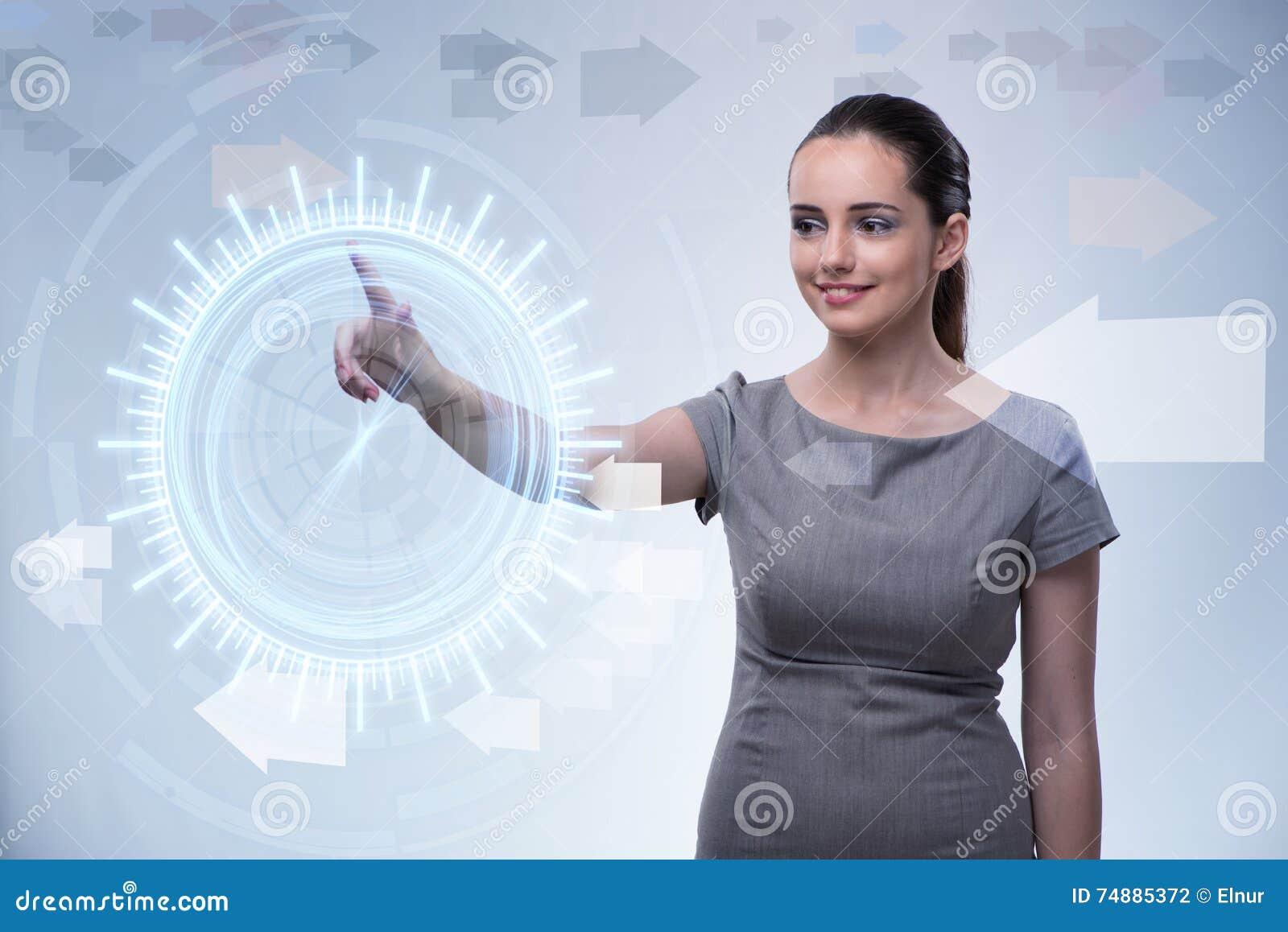 A mulher de negócios que pressiona botões virtuais no conceito futurista