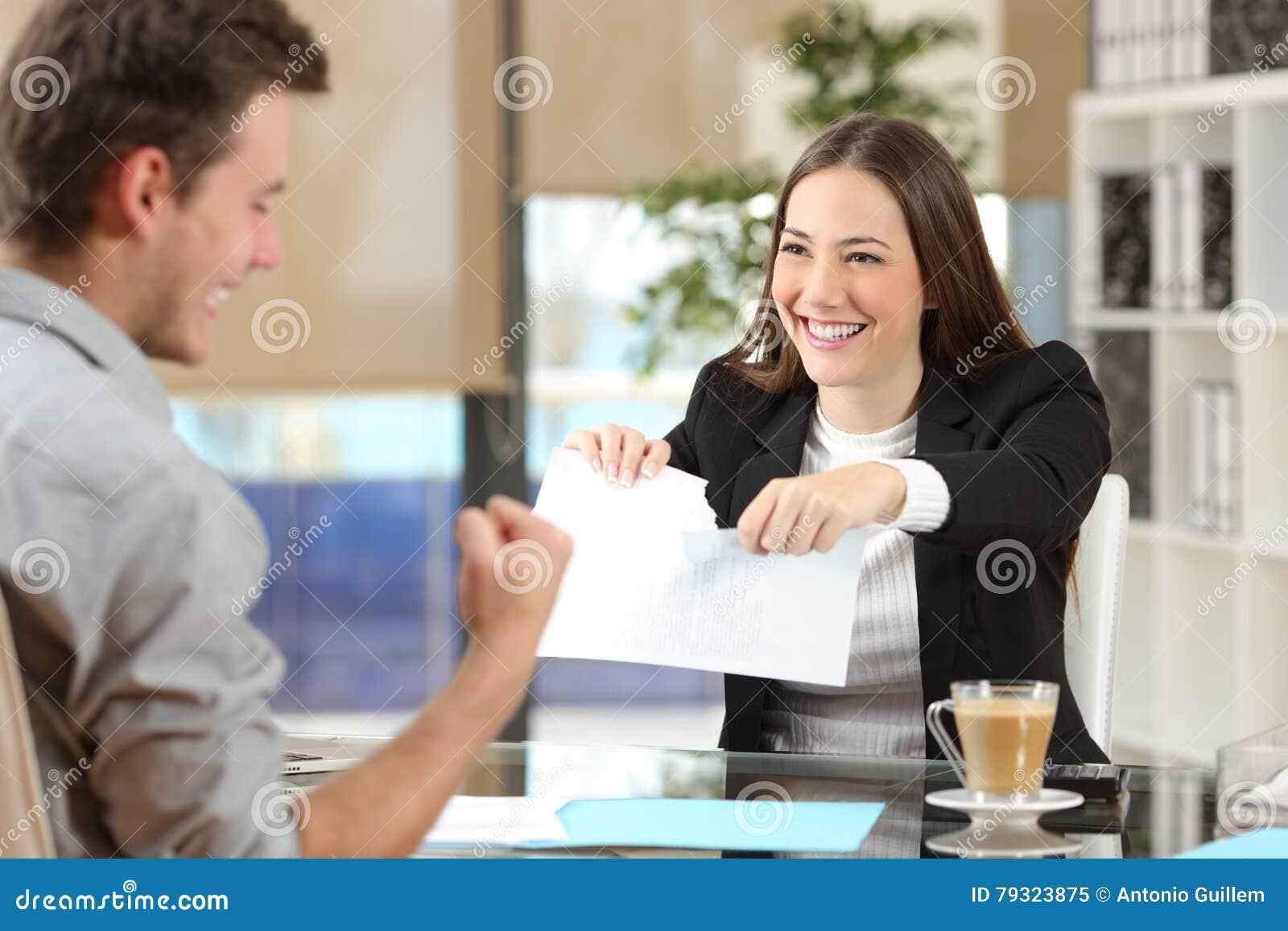 Mulher de negócios que quebra o contrato com um cliente