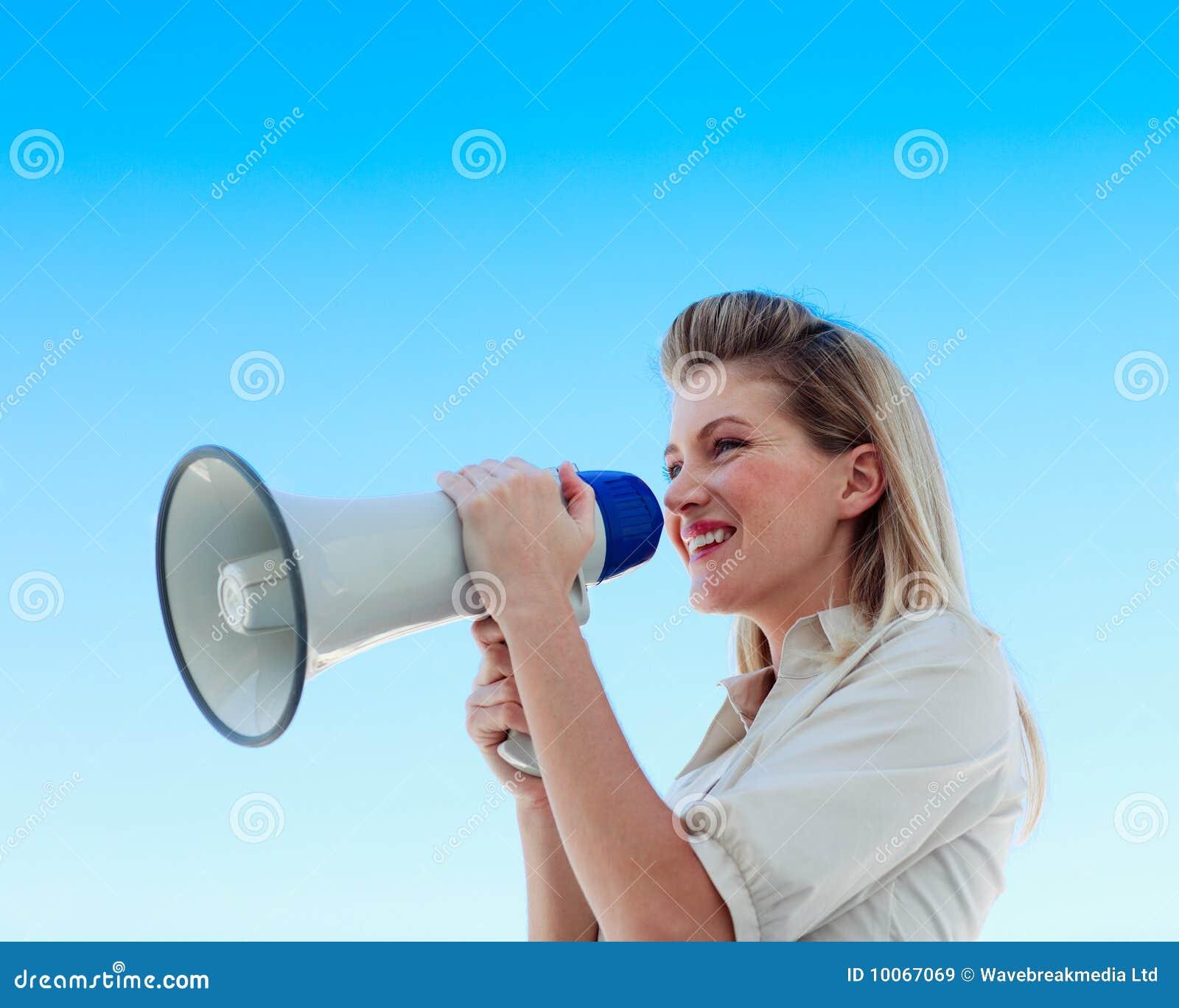 Mulher de negócios que shouting através de um megafone