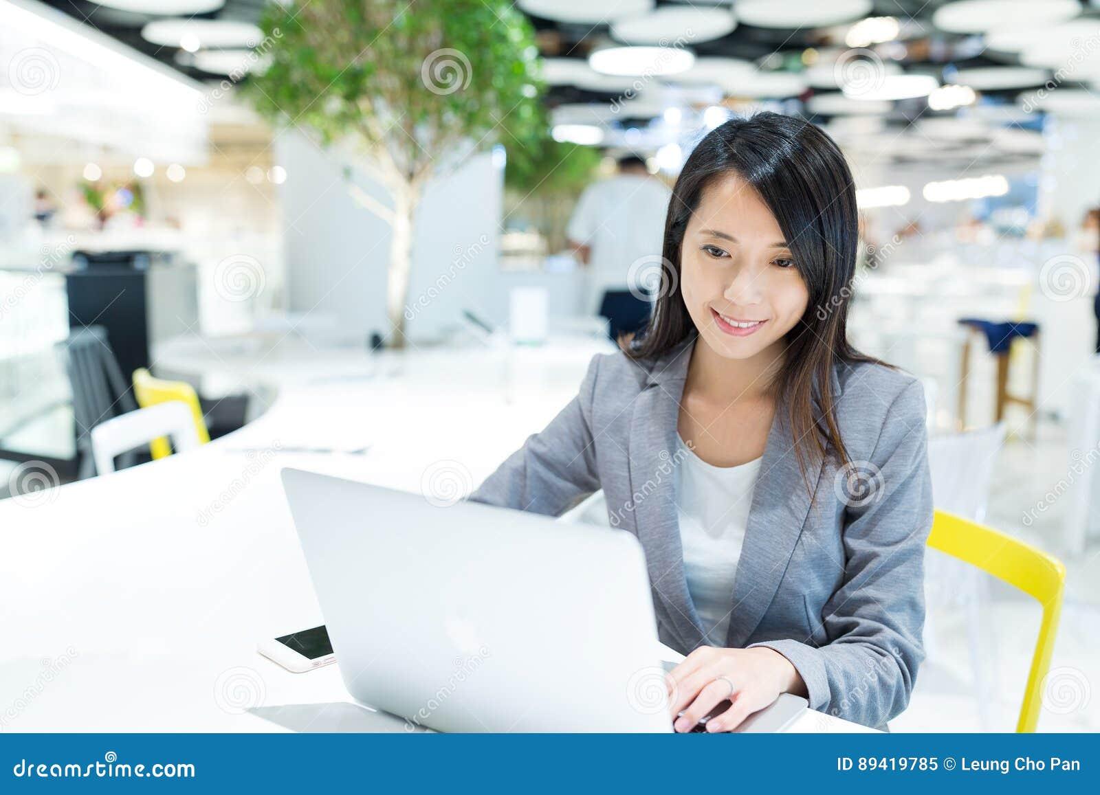 Mulher de negócios que trabalha no computador portátil