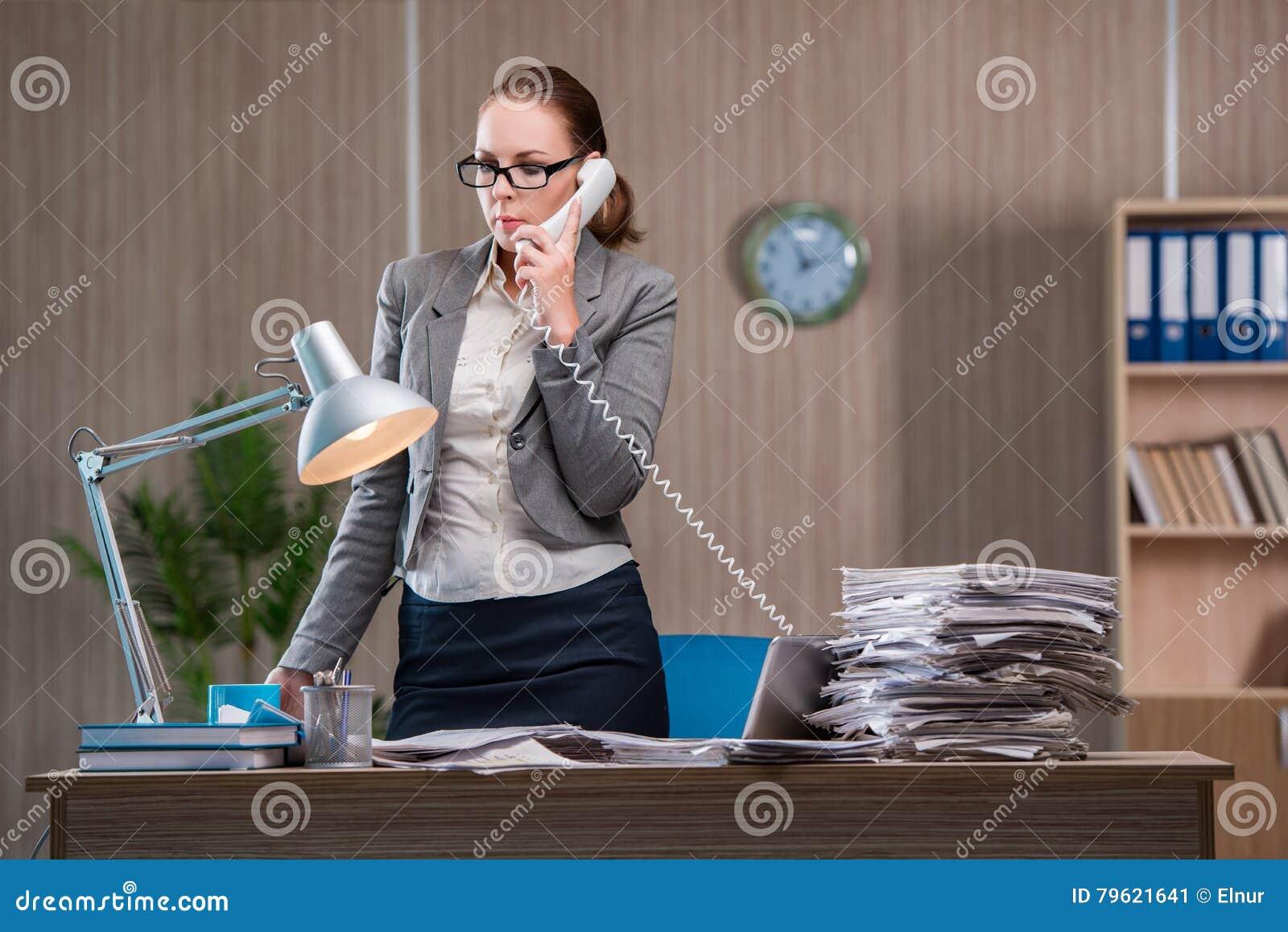 A mulher de negócios que trabalha no escritório