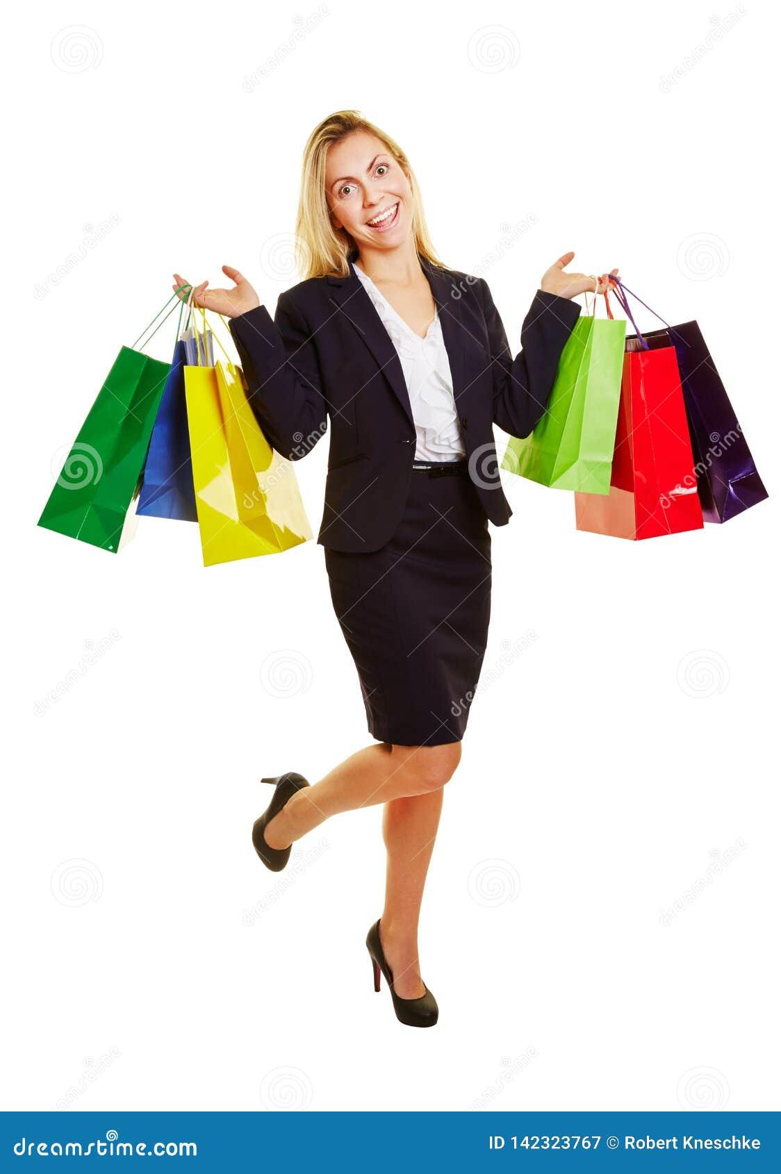 Mulher de negócios de riso com sacos de compras