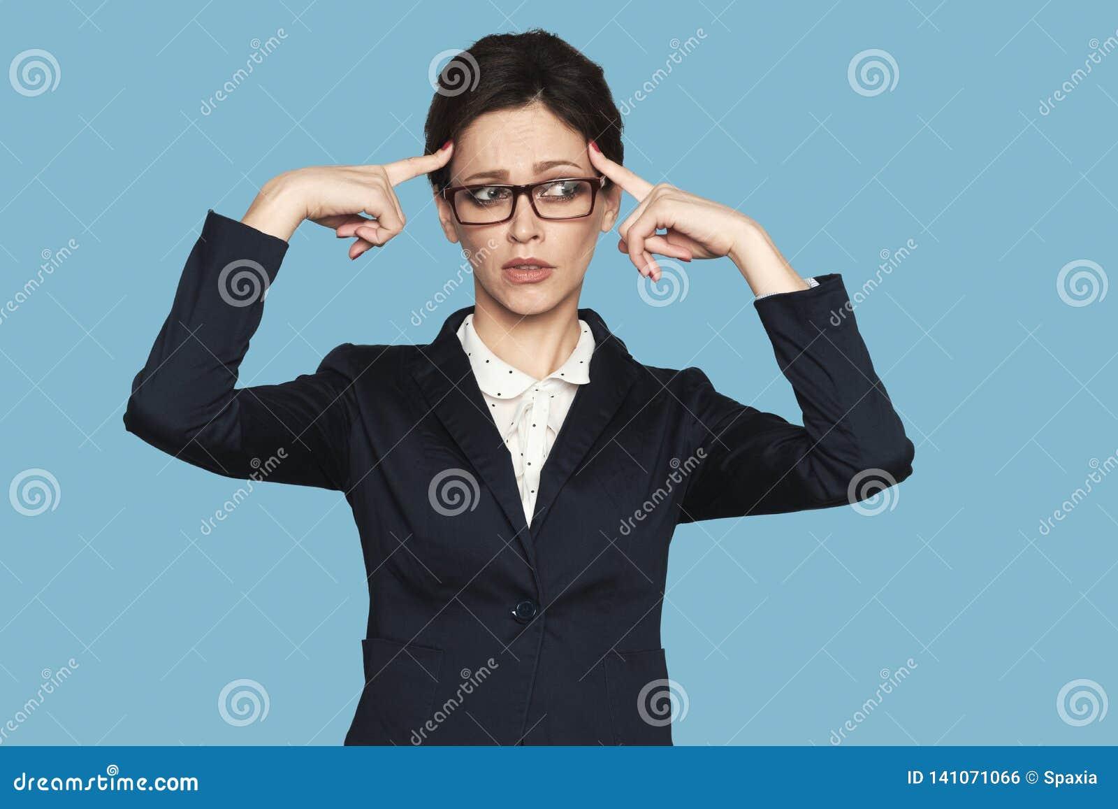 A mulher de negócios séria está pensando