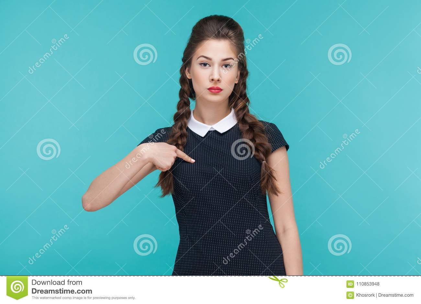 Mulher de negócios seriamente arrogante que aponta o dedo ele mesmo, lookin