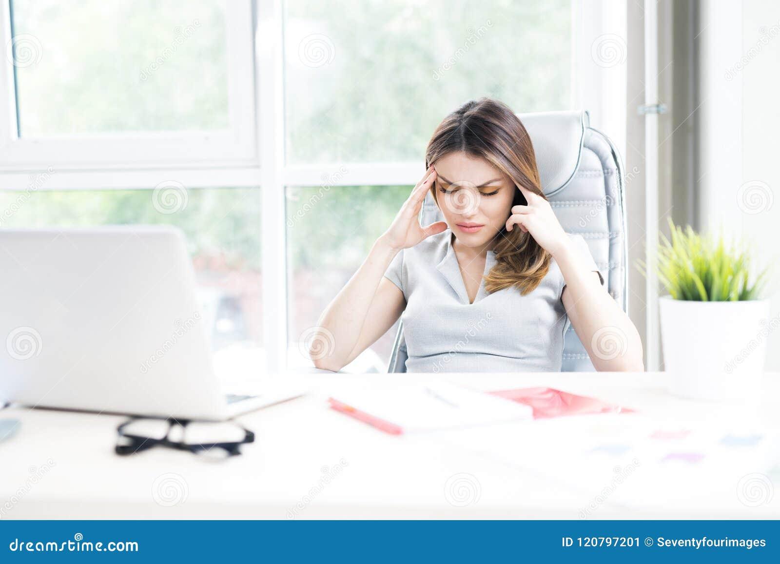 Mulher de negócios Suffering From Headache