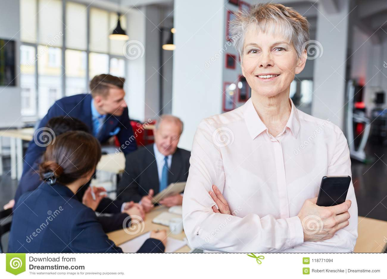 Mulher de negócios superior como o gerente