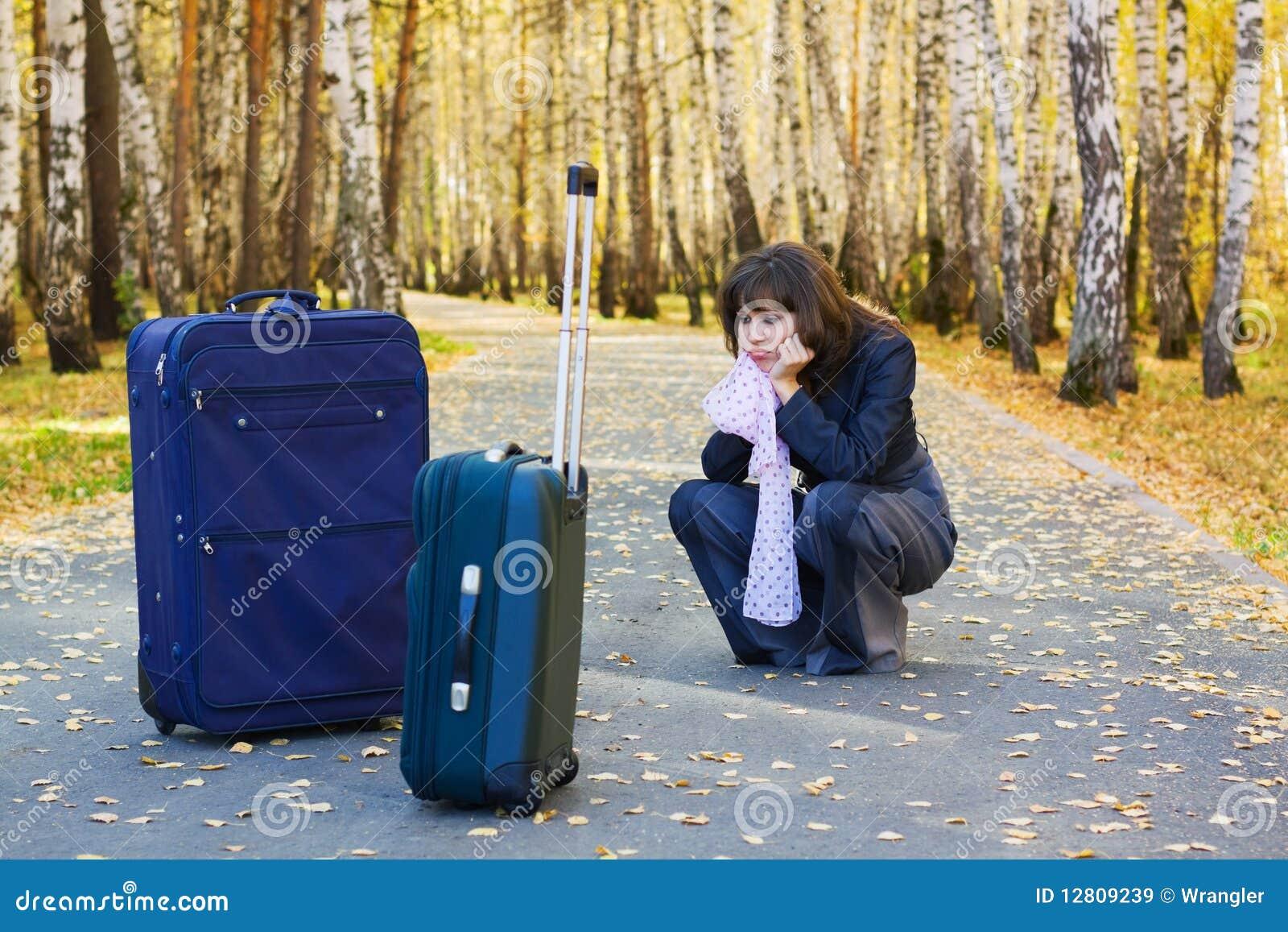 Mulher de negócios triste com uma bagagem.