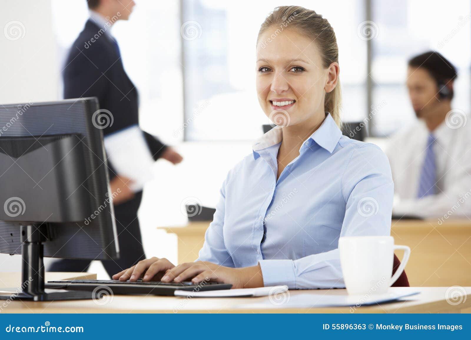 Mulher de negócios Working At Desk no escritório ocupado