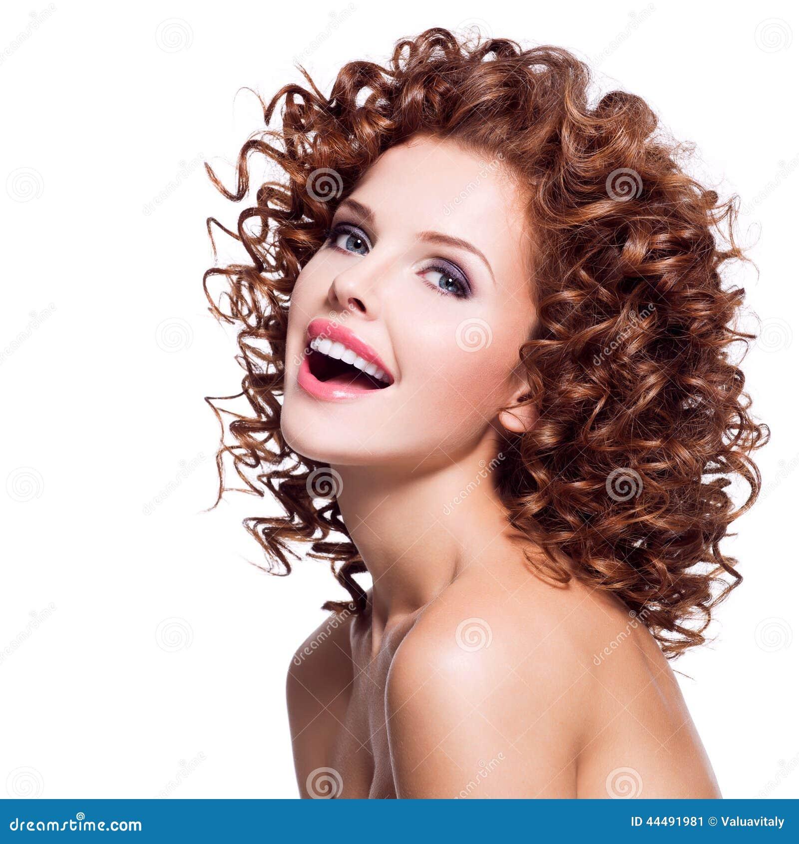Mulher de riso bonita com cabelo encaracolado moreno