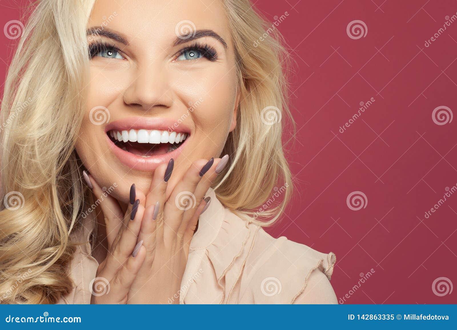 Mulher de riso feliz, close up novo da cara Menina entusiasmado no fundo colorido com espaço da cópia