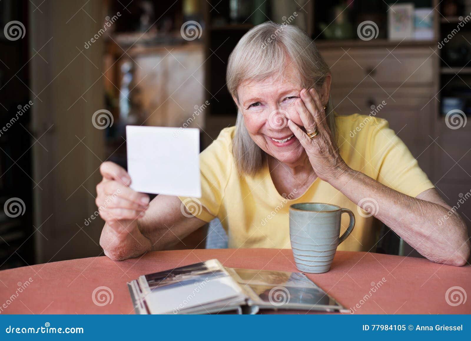 Mulher de riso que olha a foto