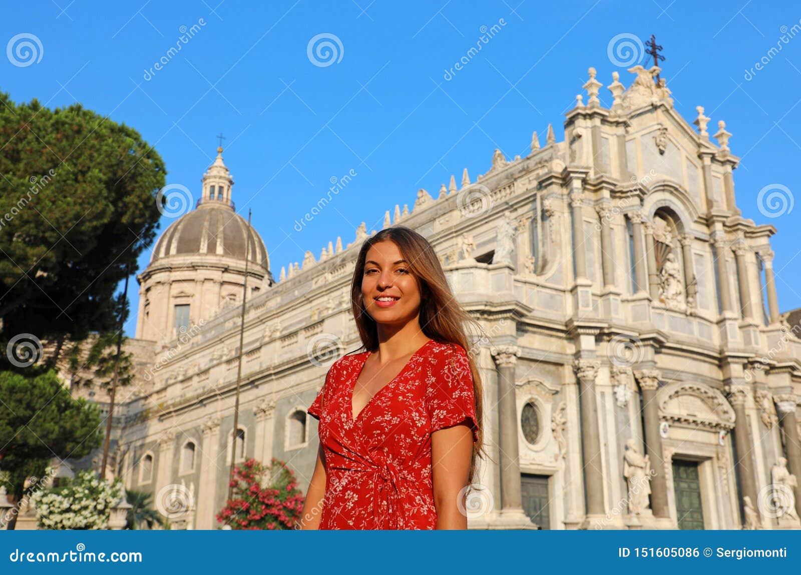 Mulher de sorriso atrativa que visita a catedral de Catania, Sicília, Itália