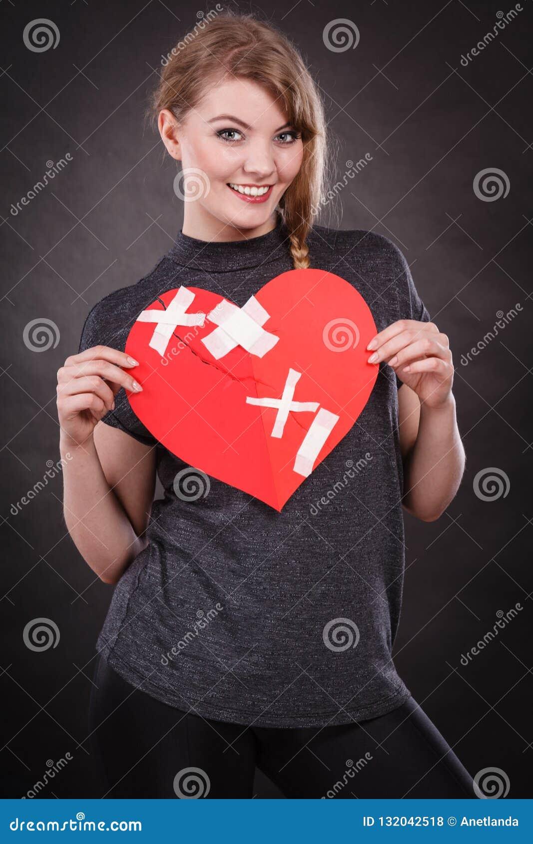 Mulher de sorriso com coração curado