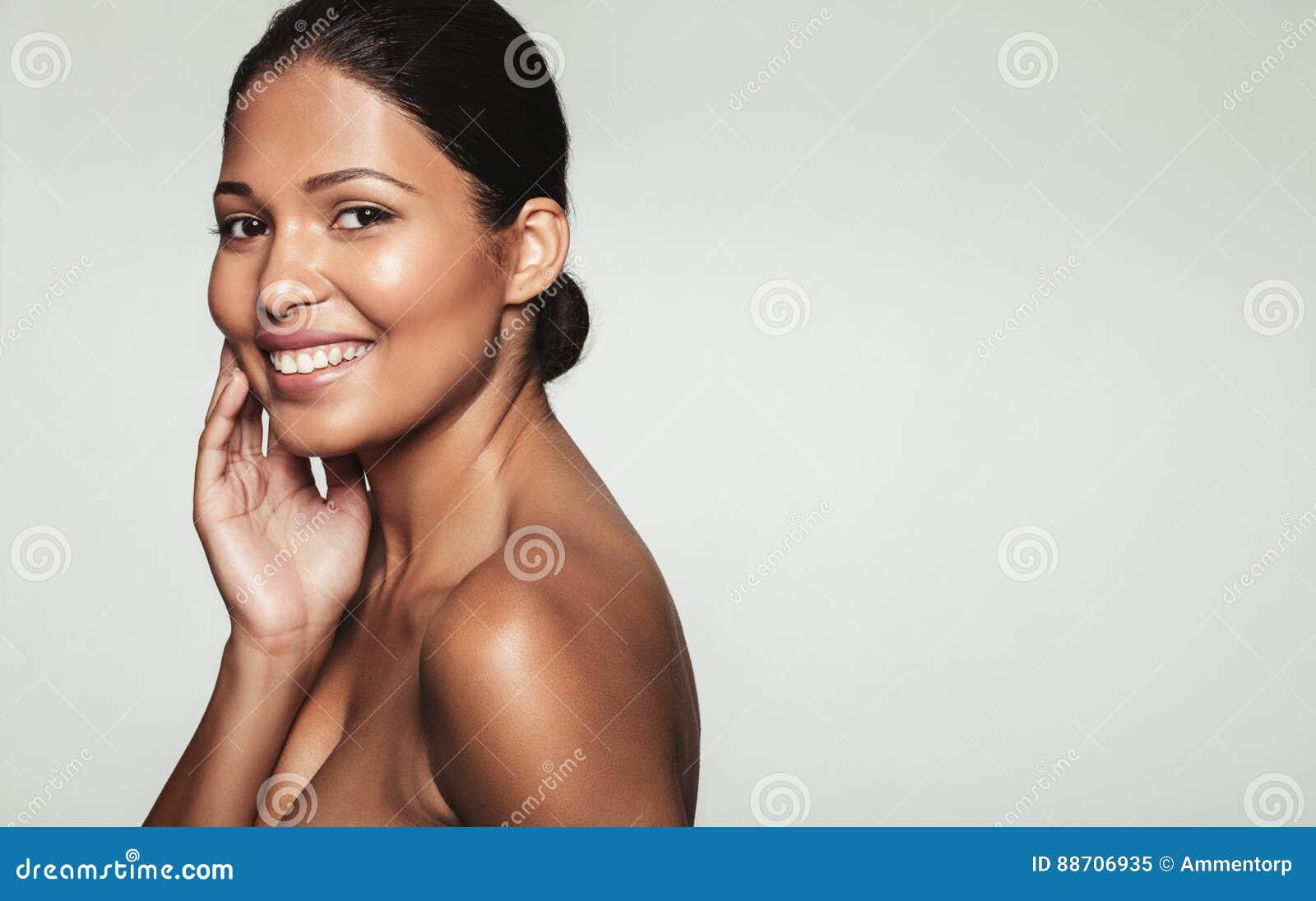 Mulher de sorriso com pele saudável
