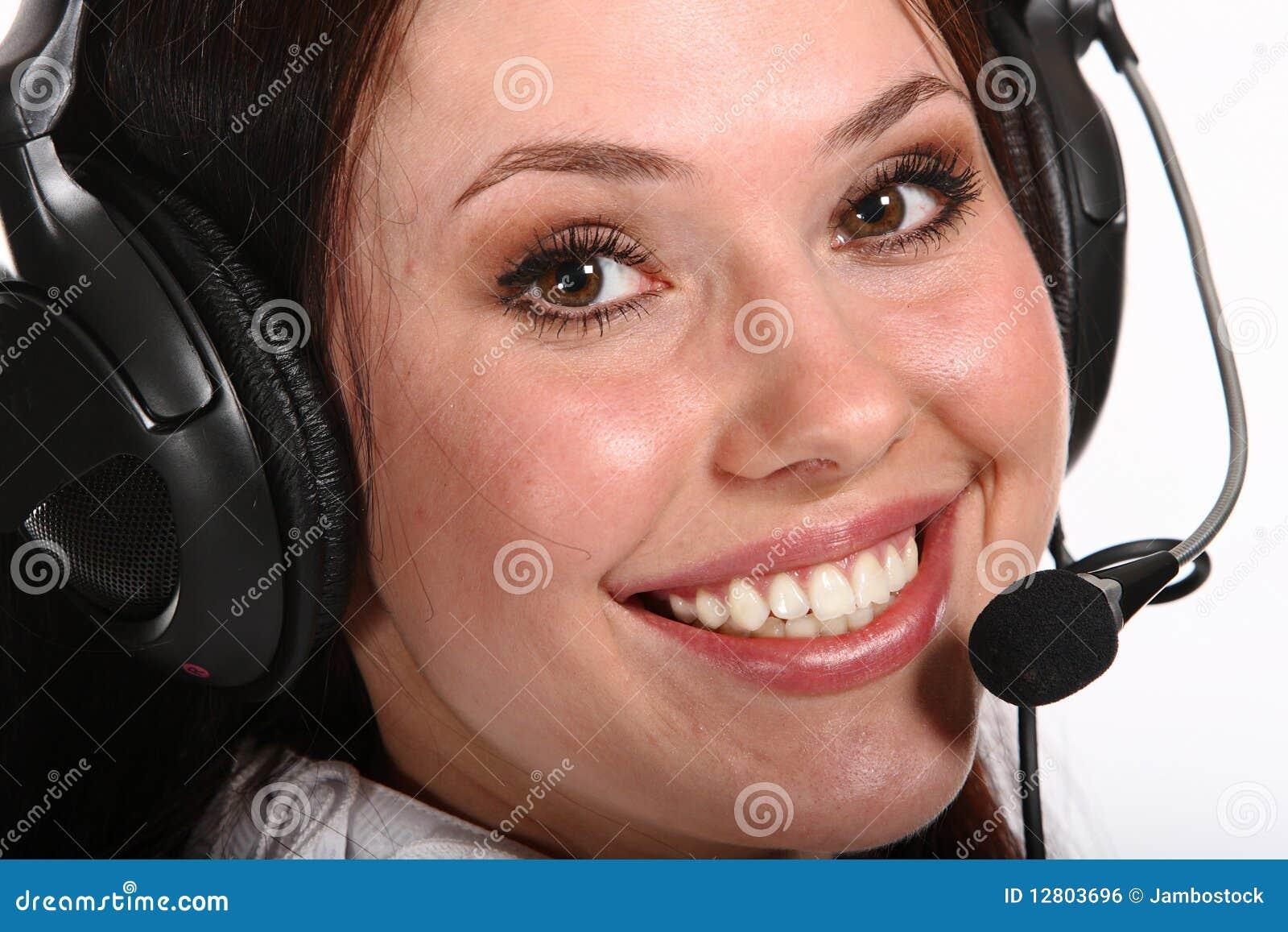 Mulher de sorriso do operador em um centro de chamadas