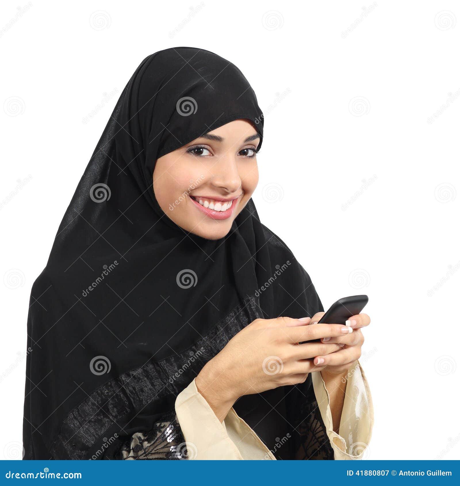 Mulher de sorriso dos emirados árabes do saudita que usa um telefone esperto