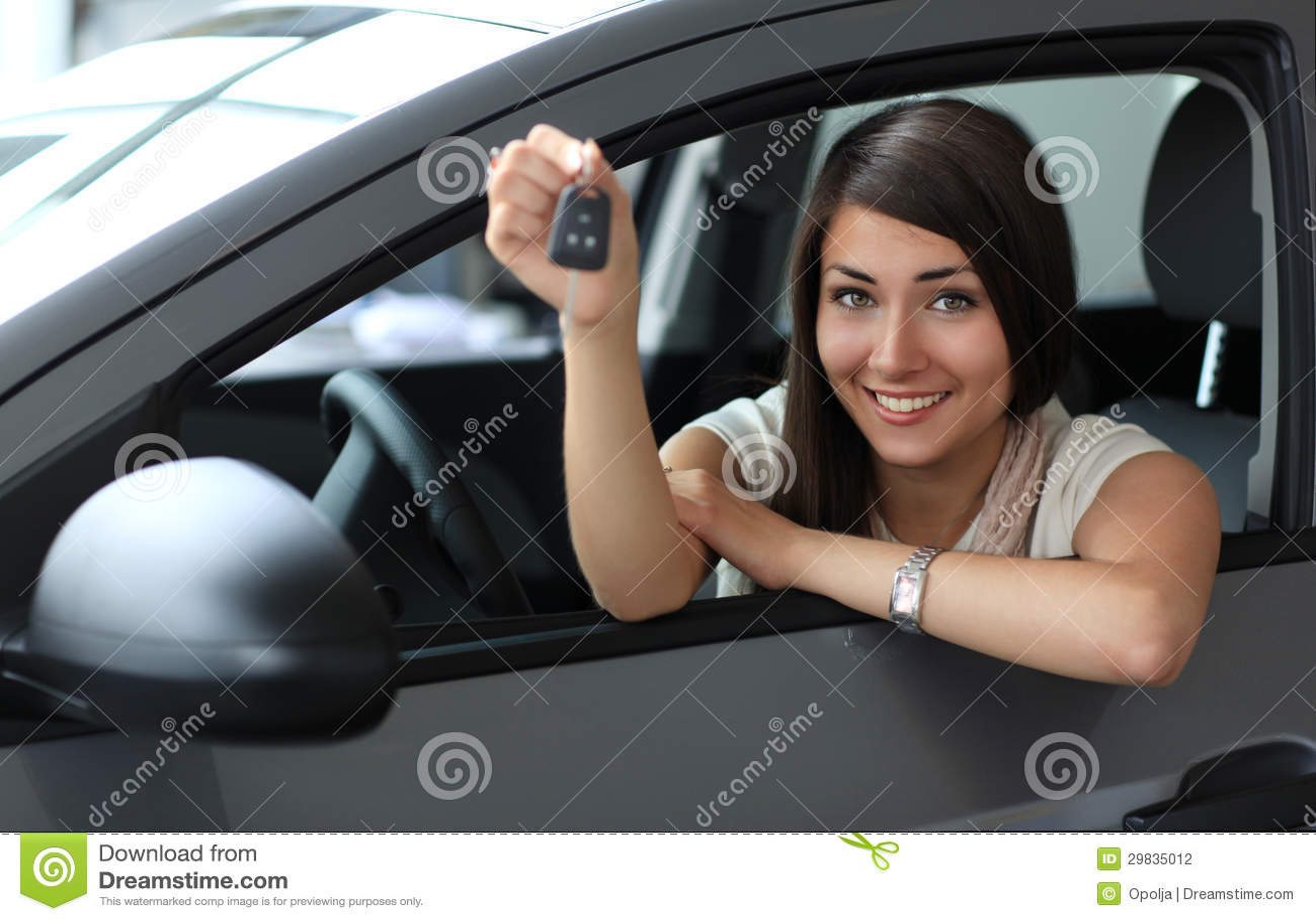 Mulher de sorriso feliz com chave do carro