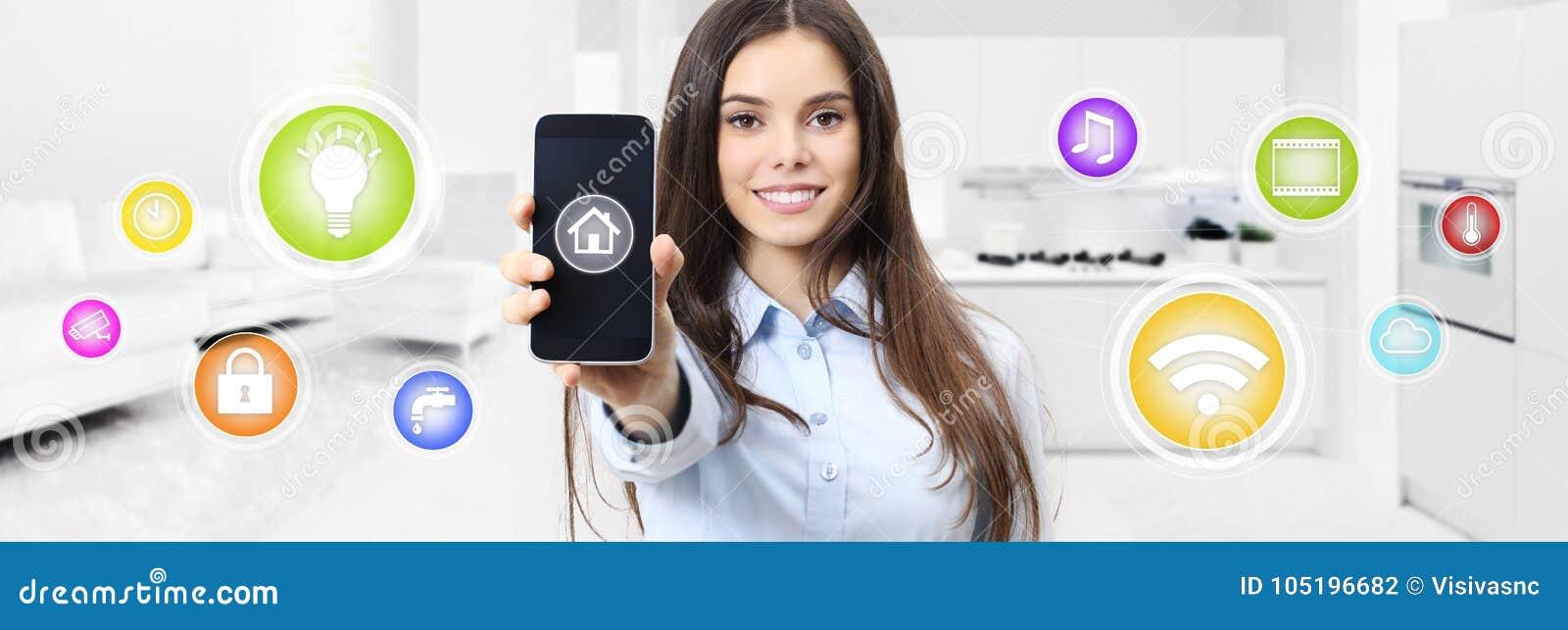 Mulher de sorriso home esperta que mostra a tela do telefone celular com colorido