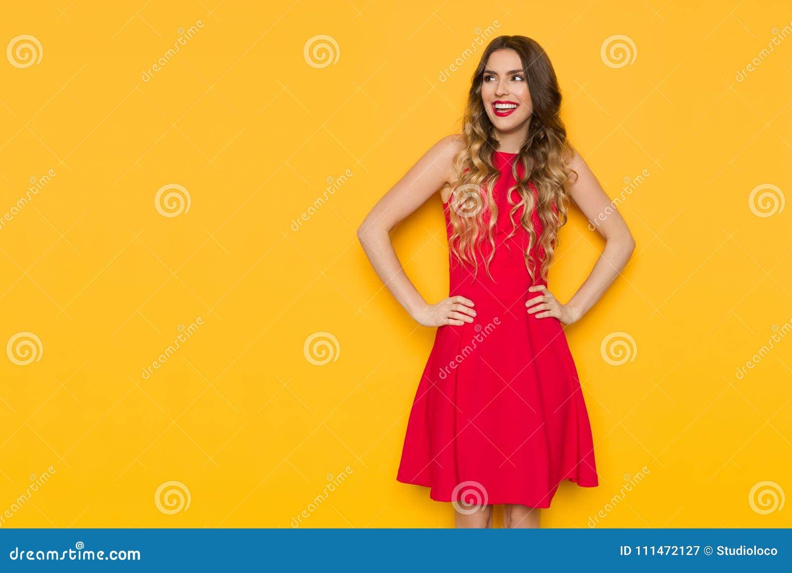 Mulher de sorriso no espaço vermelho da cópia de Mini Dress Is Looking At