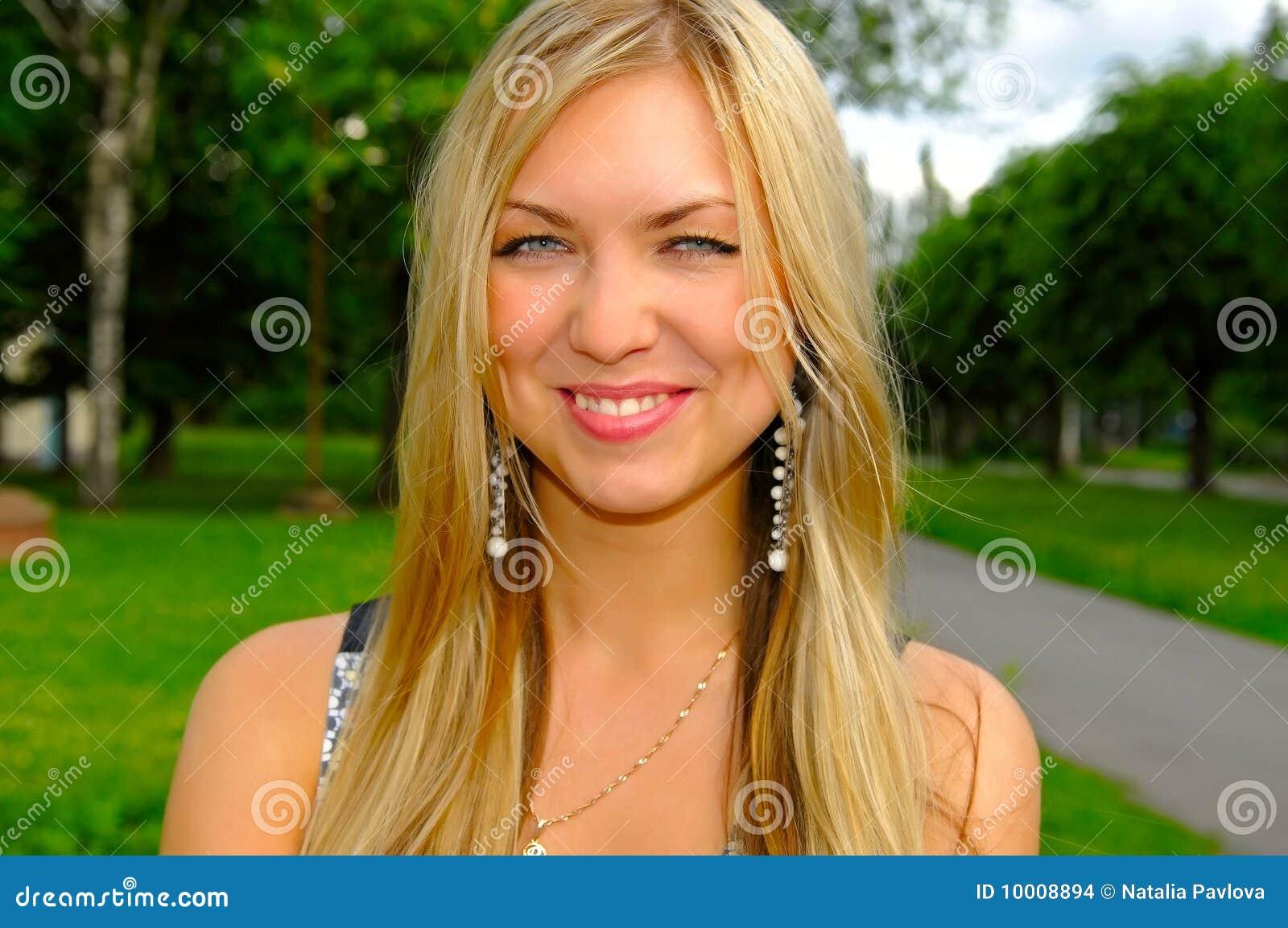 Mulher de sorriso nova