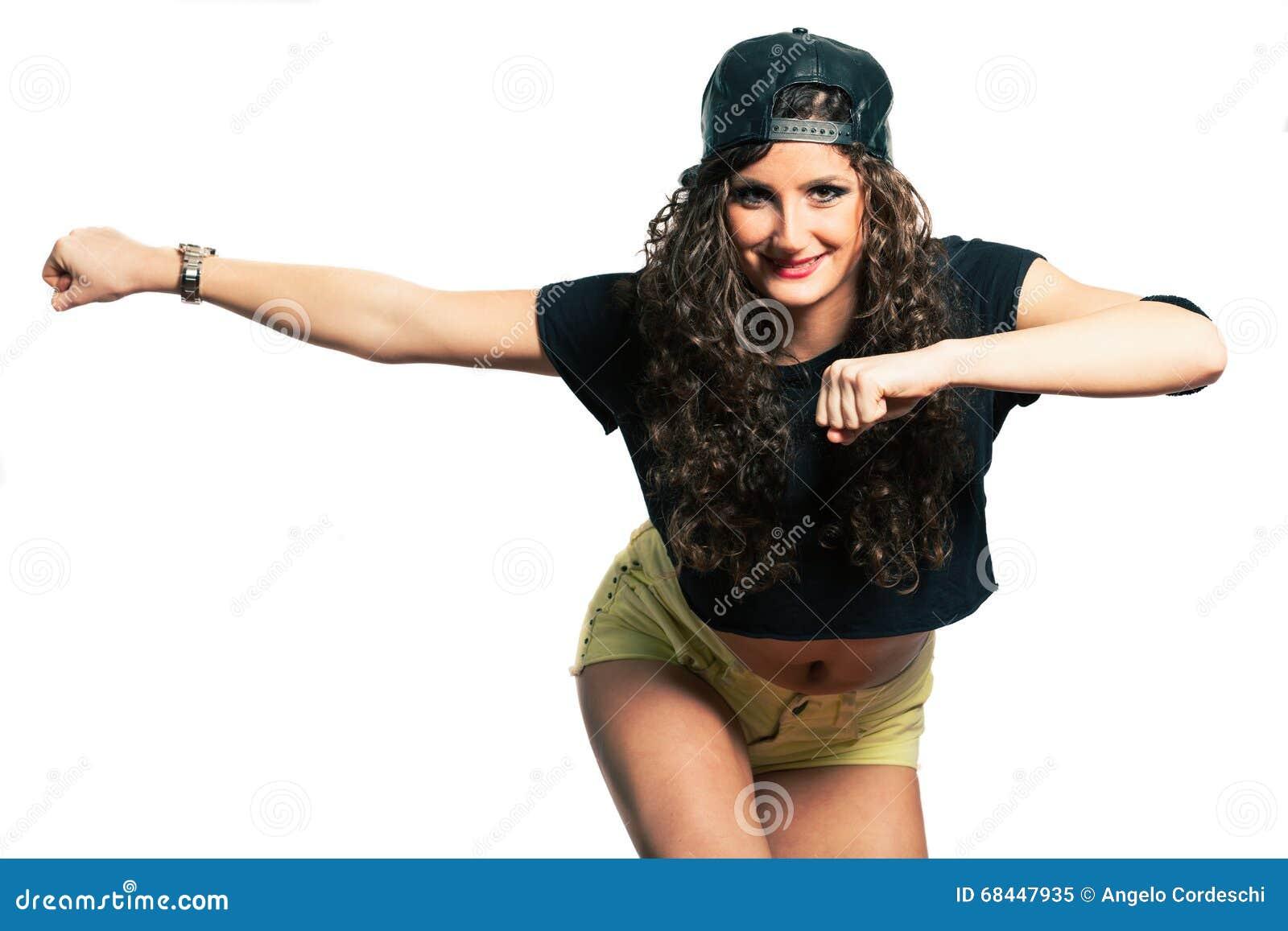 Mulher de sorriso nova do dançarino da ginástica aeróbica do hip-hop com cabelo encaracolado