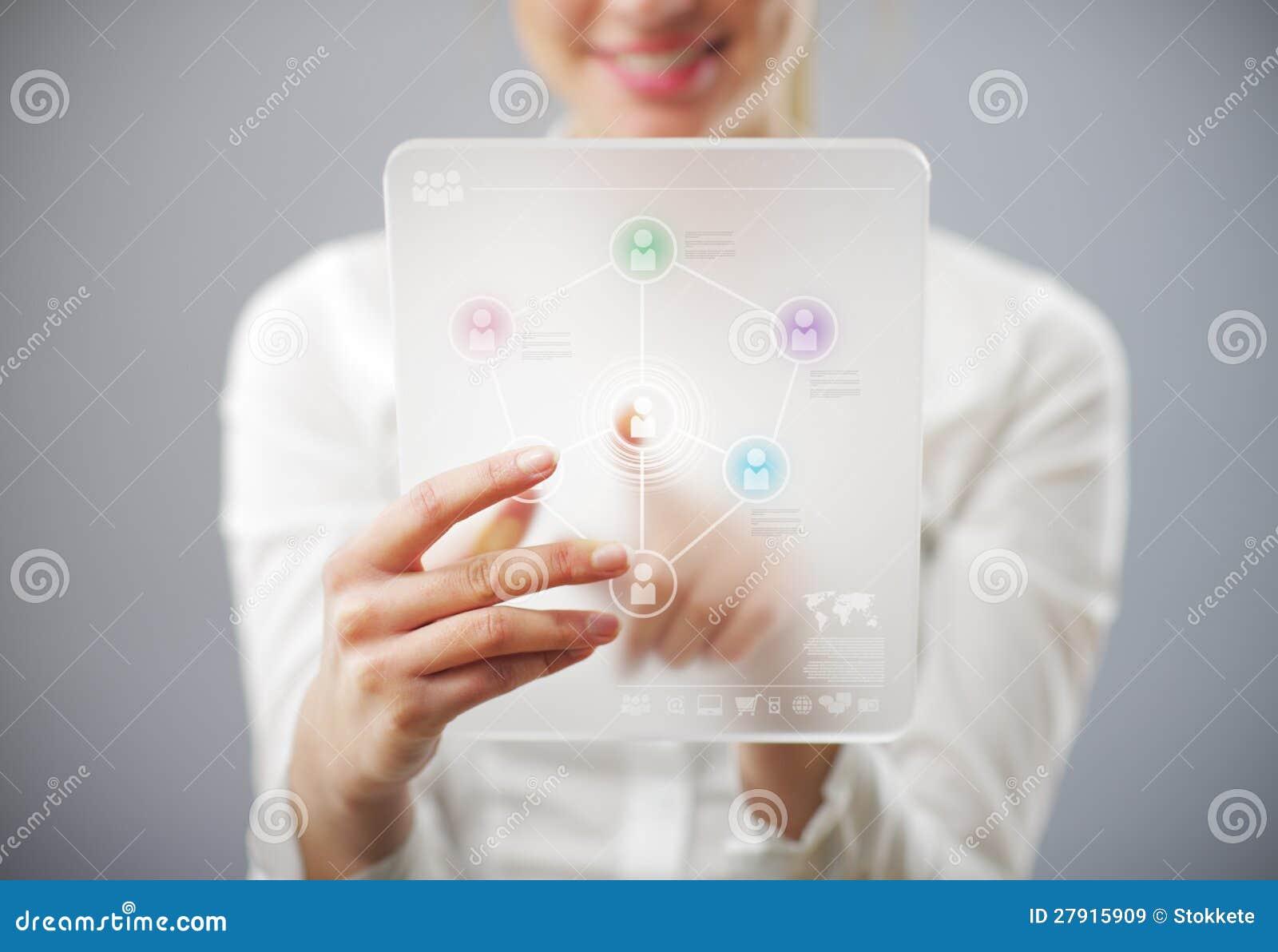 Mulher de sorriso nova que usa o computador da tabuleta