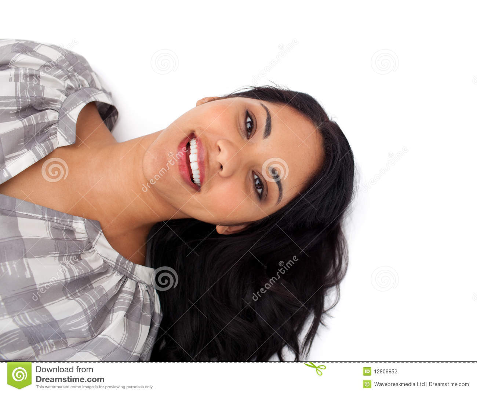 Mulher de sorriso que encontra-se no assoalho